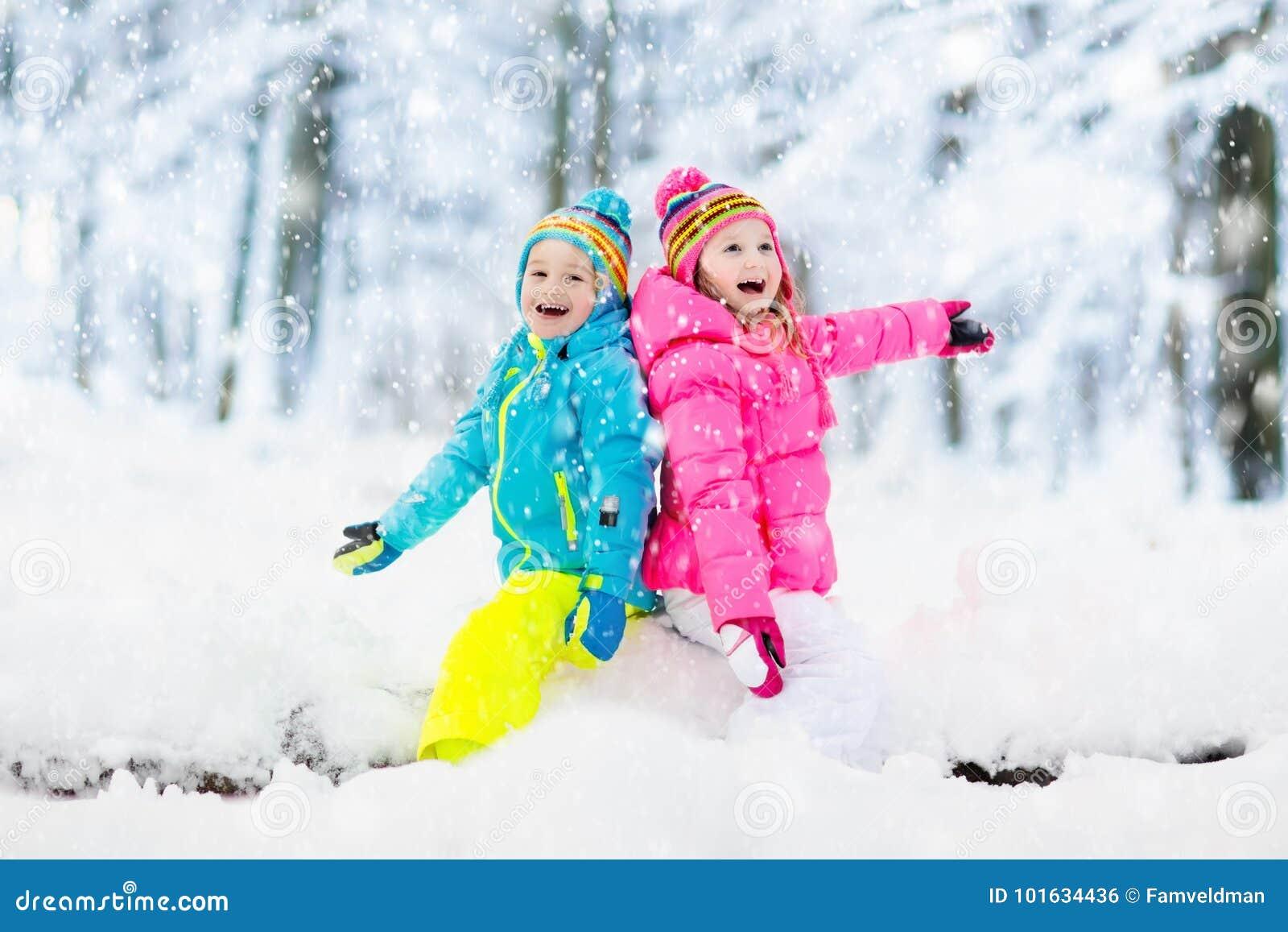 κατσίκια που παίζουν το &ch Τα παιδιά παίζουν υπαίθρια στις χειμερινές χιονοπτώσεις
