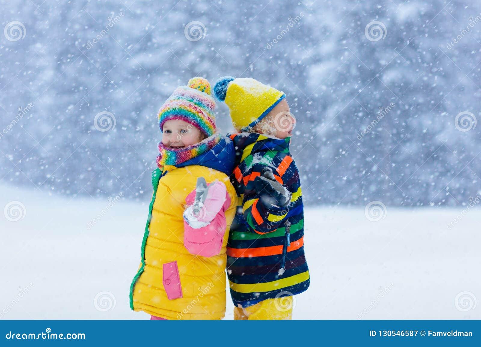 κατσίκια που παίζουν το &ch Τα παιδιά παίζουν το χειμώνα