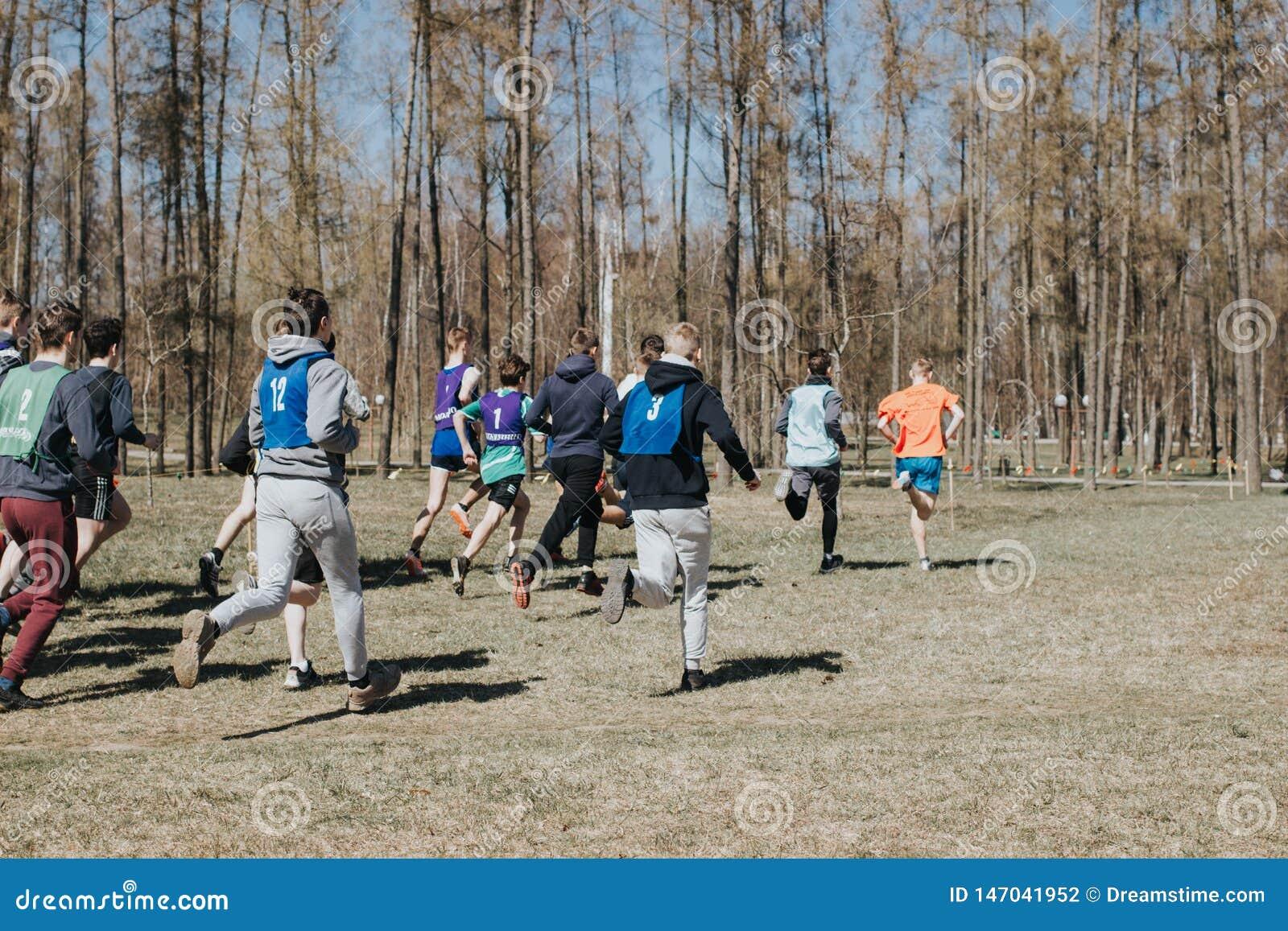Κατώτερος ανταγωνισμός Τα νέα αγόρια που οργανώνονται μέσω των ξύλων, συμμετέχουν στον ανταγωνισμό