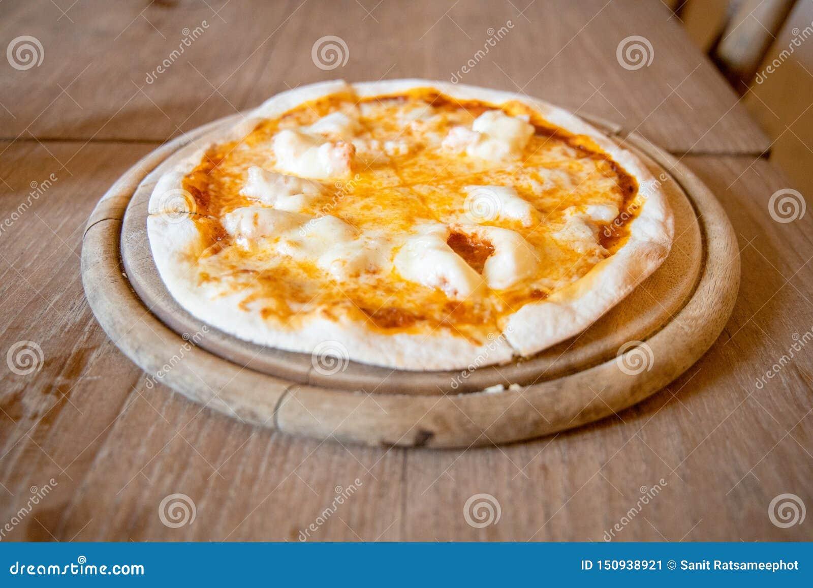 Κατ  οίκον γίνοντη τριζάτη λεπτή πίτσα τυριών και γαρίδων