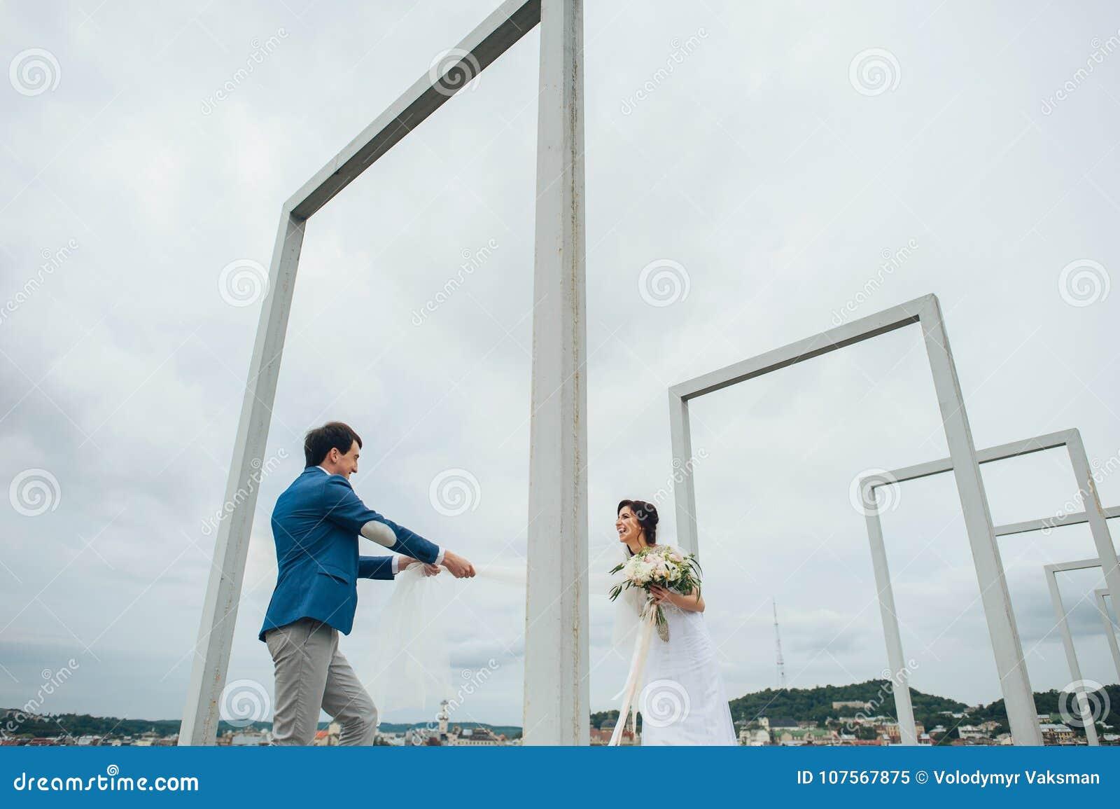 Καυκάσιο ευτυχές ρομαντικό νέο ζεύγος που γιορτάζει το γάμο τους