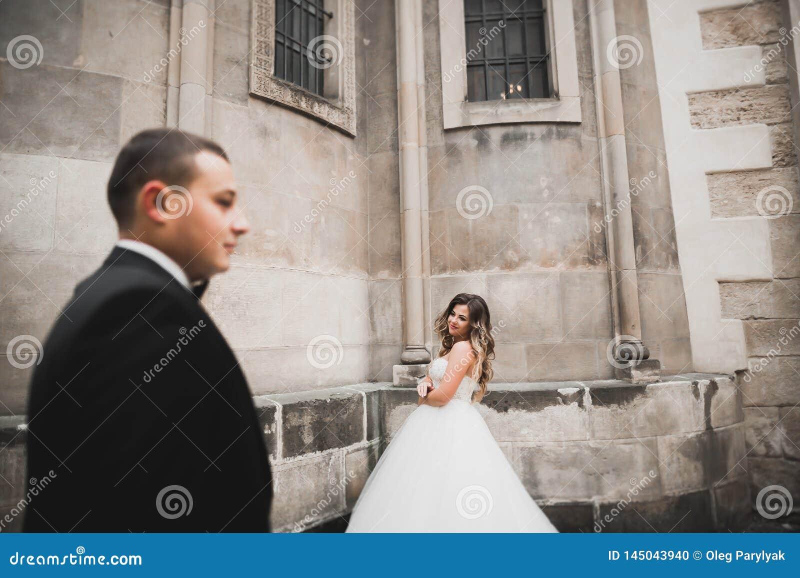 Καυκάσιο ευτυχές ρομαντικό νέο ζεύγος που γιορτάζει το γάμο τους Υπαίθριος