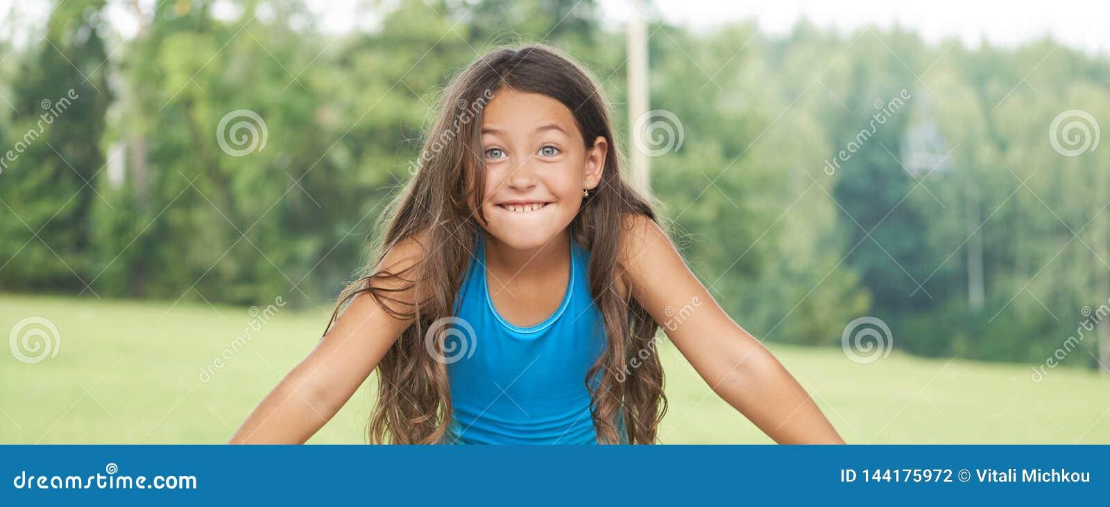 Καυκάσιο μικρό κορίτσι με μακρυμάλλη στο μαγιό παιδί ευτυχές