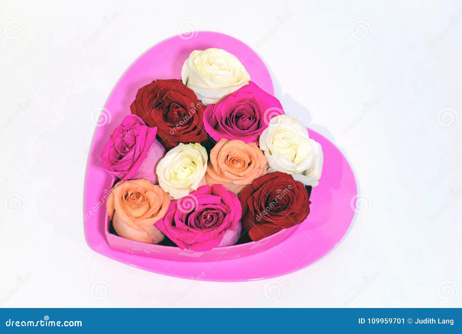 Καυτή ρόδινη καρδιά με τα τριαντάφυλλα διαμορφωμένο στο καρδιά κιβώτιο στην κορυφή