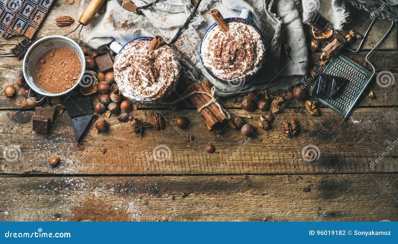 Καυτή σοκολάτα με την κτυπημένα κρέμα, τα καρύδια, τα καρυκεύματα και τη σκόνη κακάου