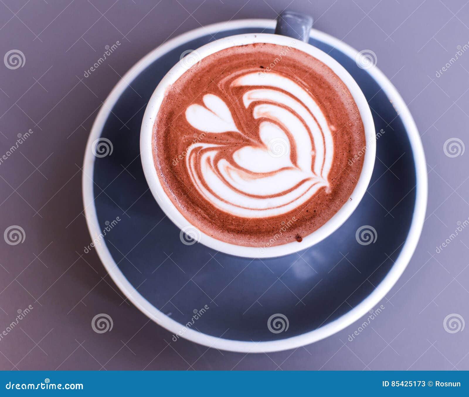 Καυτή σοκολάτα σε ένα κεραμικό φλυτζάνι με την αγάπη