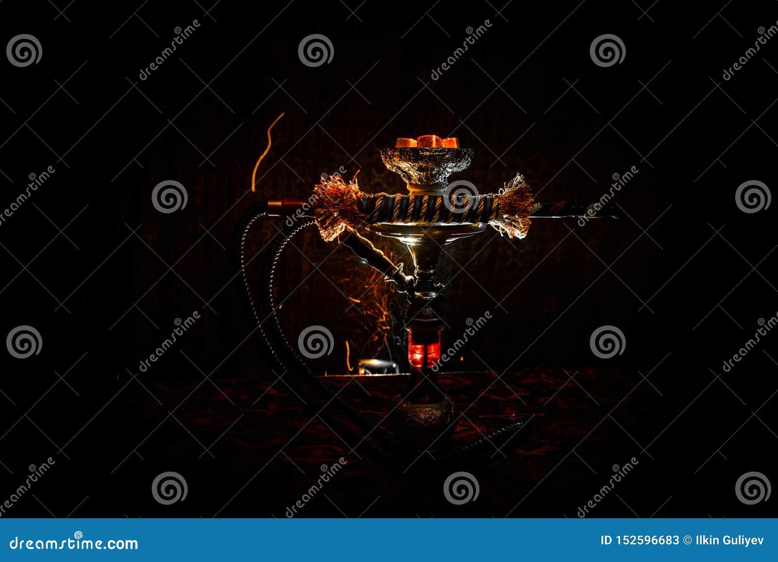 Καυτοί άνθρακες Hookah στο κύπελλο shisha στο σκοτεινό ομιχλώδες υπόβαθρο Μοντέρνο ασιατικό shisha