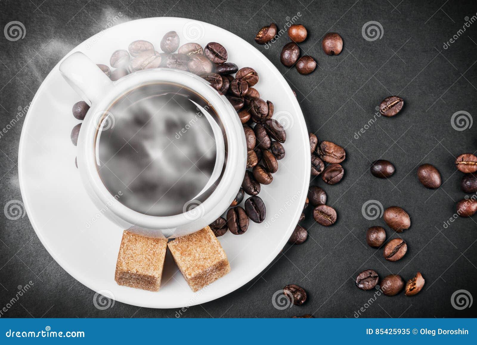 Καυτός καφές σε έναν πίνακα στο Μαύρο υποβάθρου
