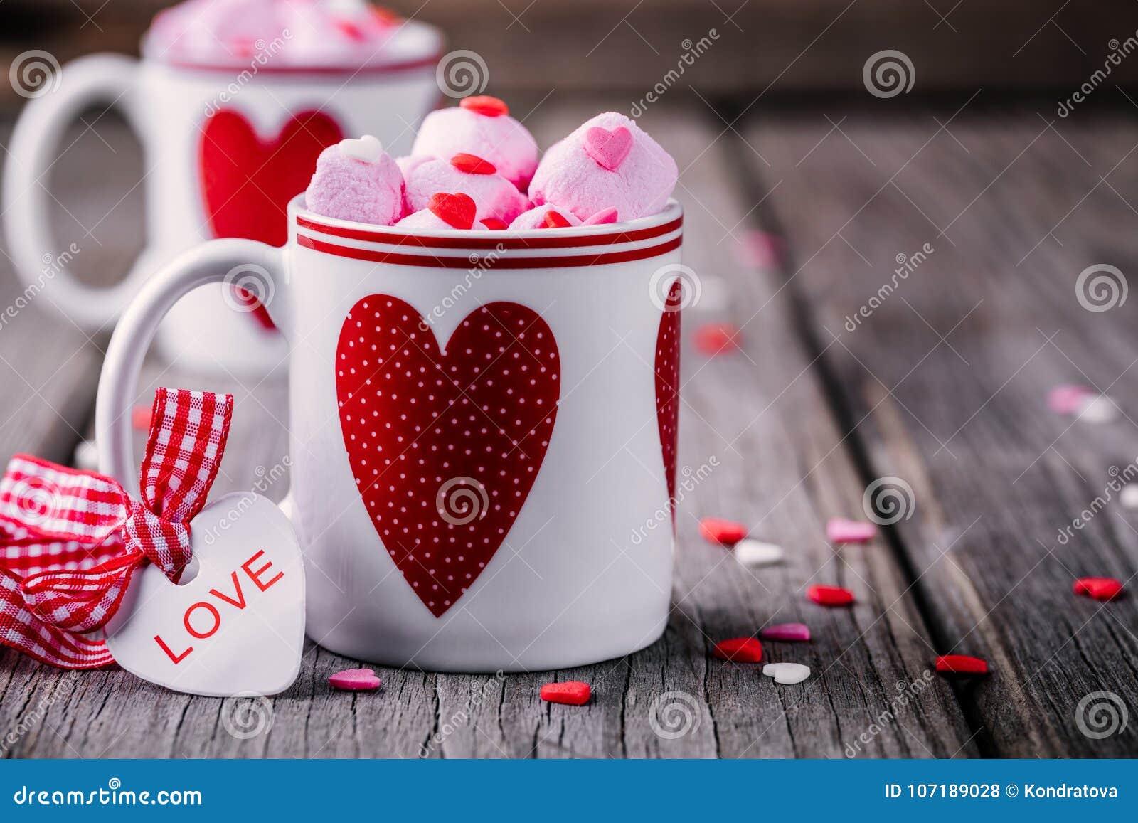Καυτό κακάο με ρόδινο marshmallow στις κούπες με τις καρδιές για την ημέρα βαλεντίνων