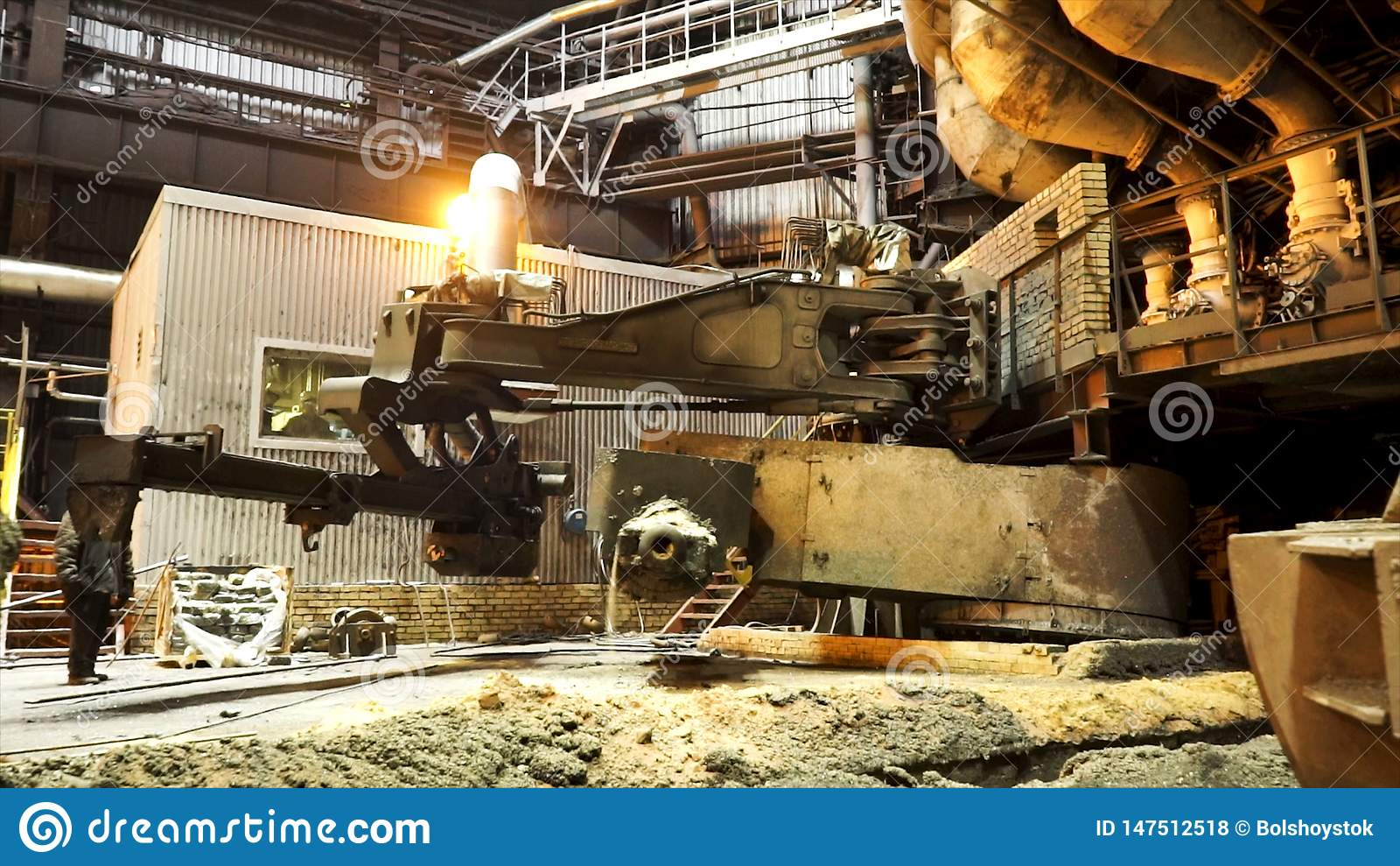 Καυτό κατάστημα των μεταλλουργικών εγκαταστάσεων με τα σύγχρονα μηχανήματα, βιομηχανικό τοπίο r Παραγωγή λειωμένων μετάλλων