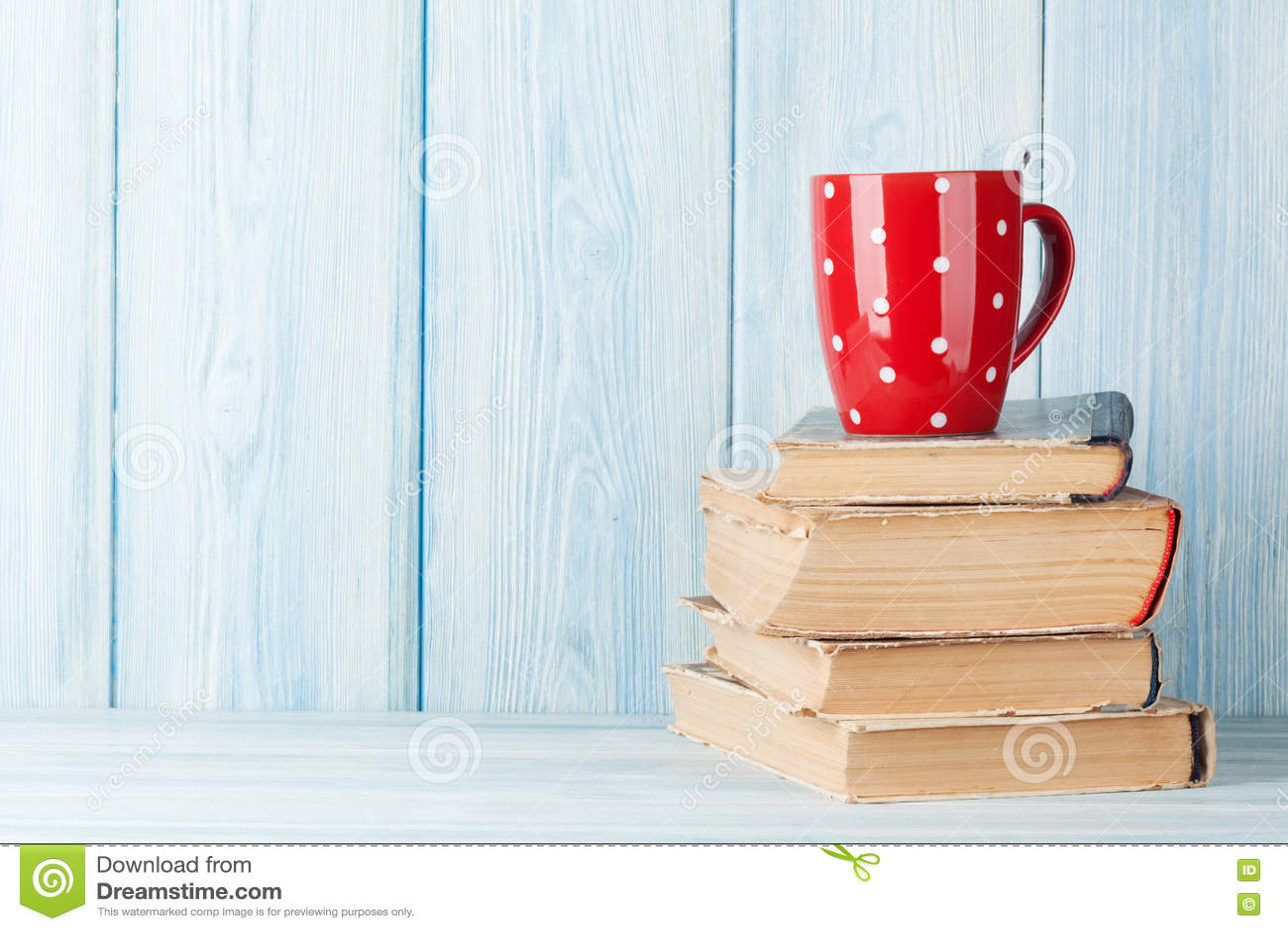 Καυτό φλυτζάνι σοκολάτας στα βιβλία