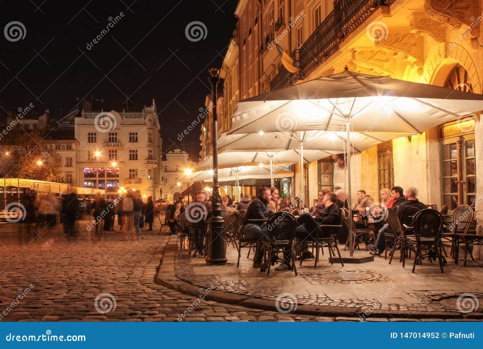 Καφές οδών στις παλαιές οδούς της πόλης νύχτας