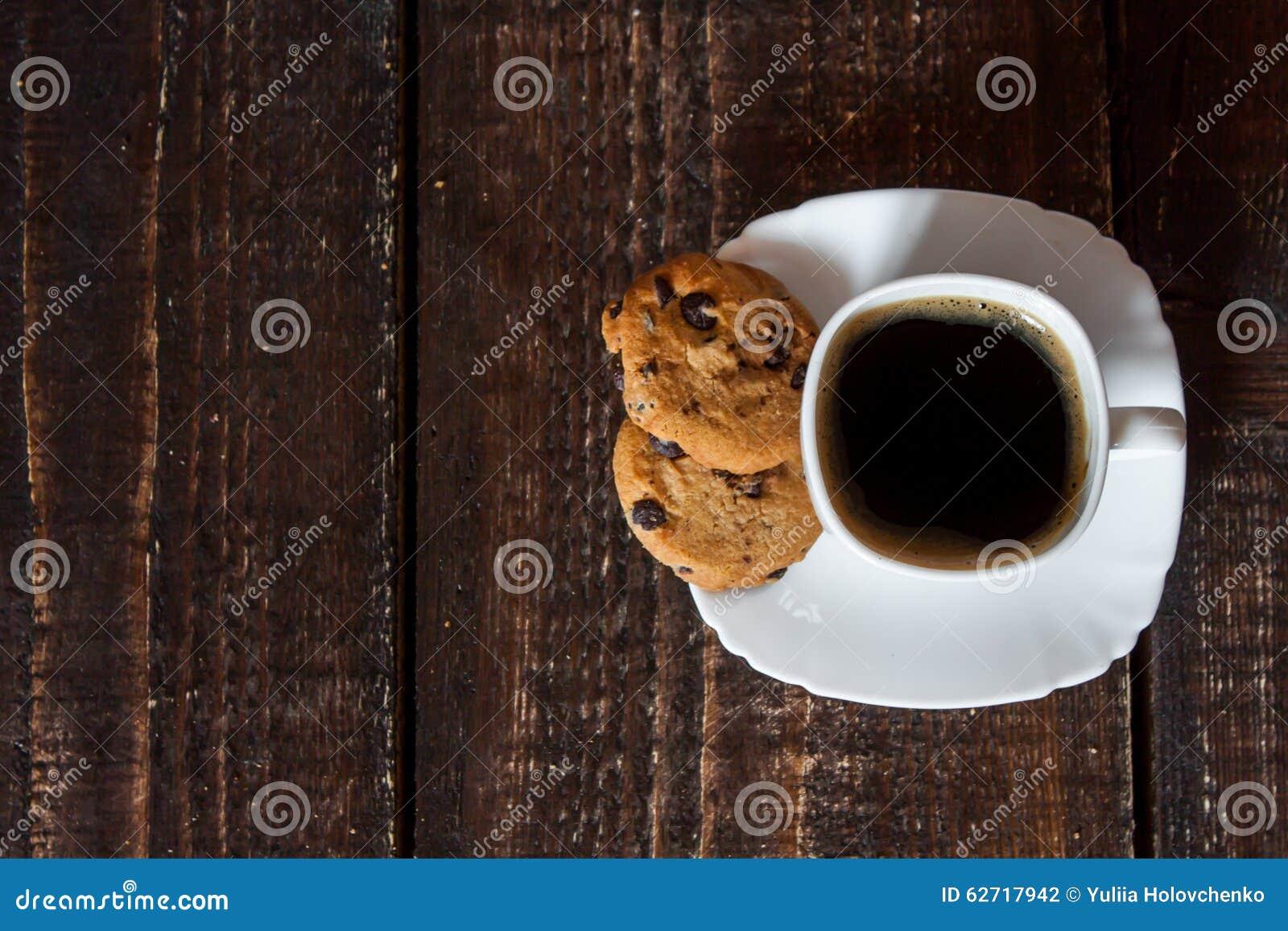 Καφές στο άσπρο φλυτζάνι με τα μπισκότα