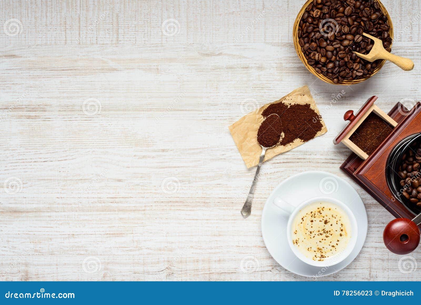 Καφές Cappuccino με τα φασόλια και μύλος στο διάστημα αντιγράφων