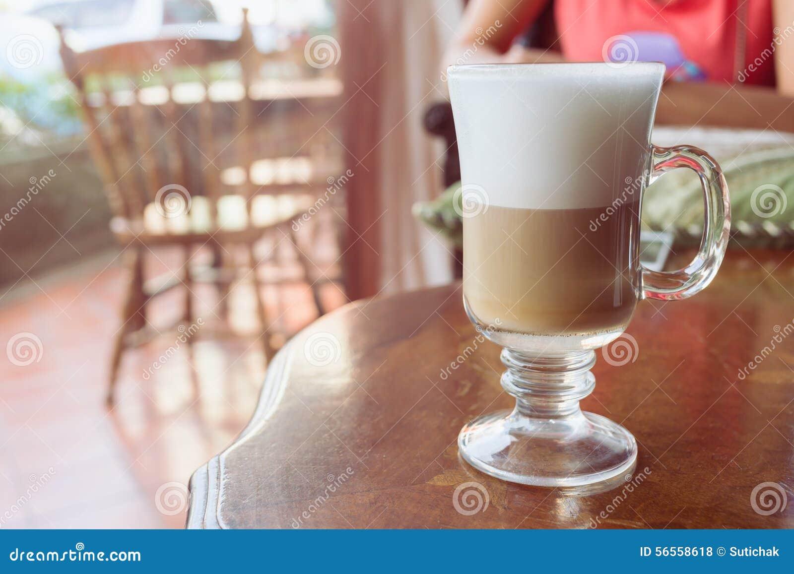 Download Καφές Latte στον ξύλινο πίνακα Στοκ Εικόνες - εικόνα από αφρός, κούπα: 56558618
