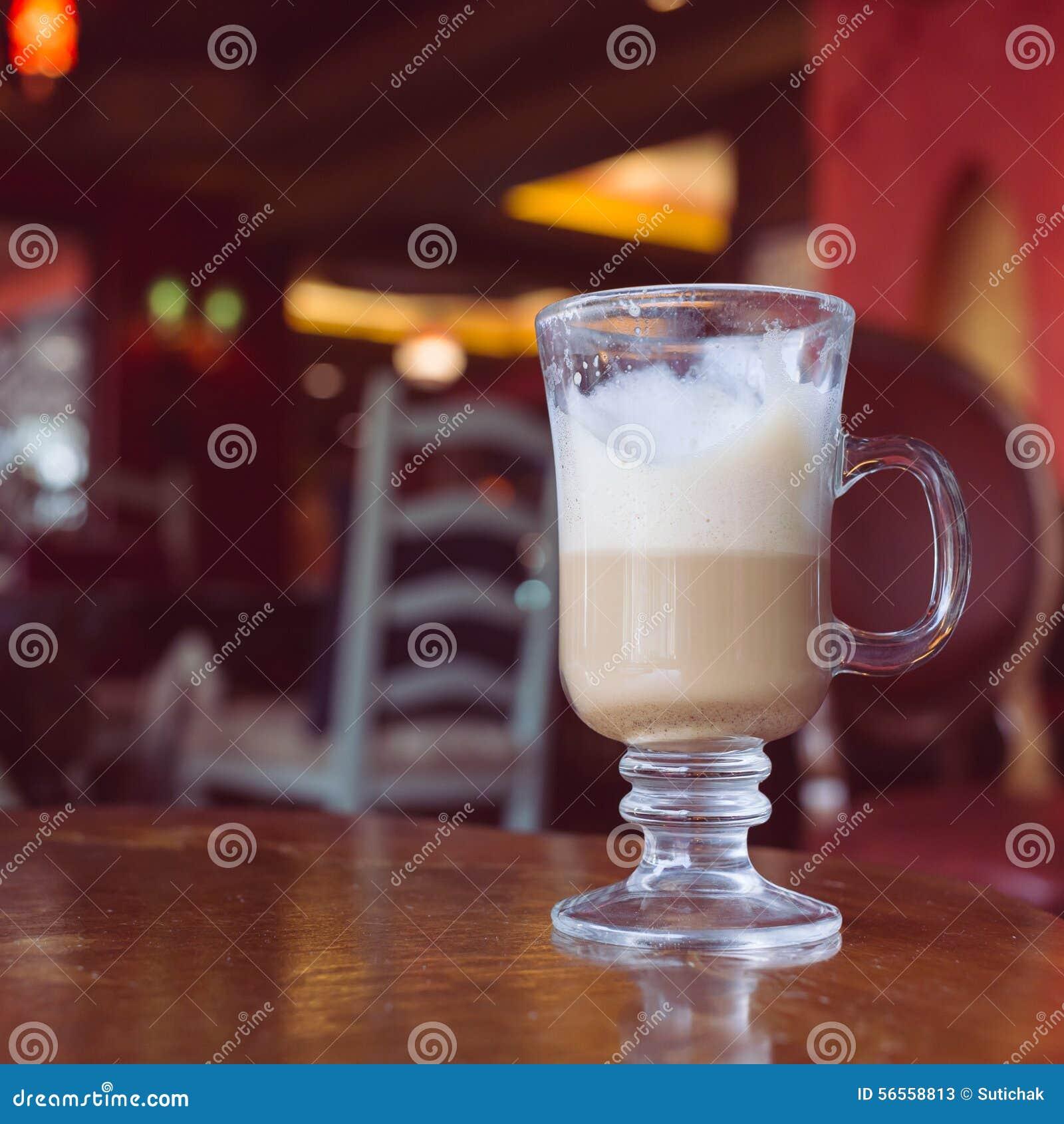 Download Καφές Latte στον ξύλινο πίνακα Στοκ Εικόνα - εικόνα από φρέσκος, καυτός: 56558813