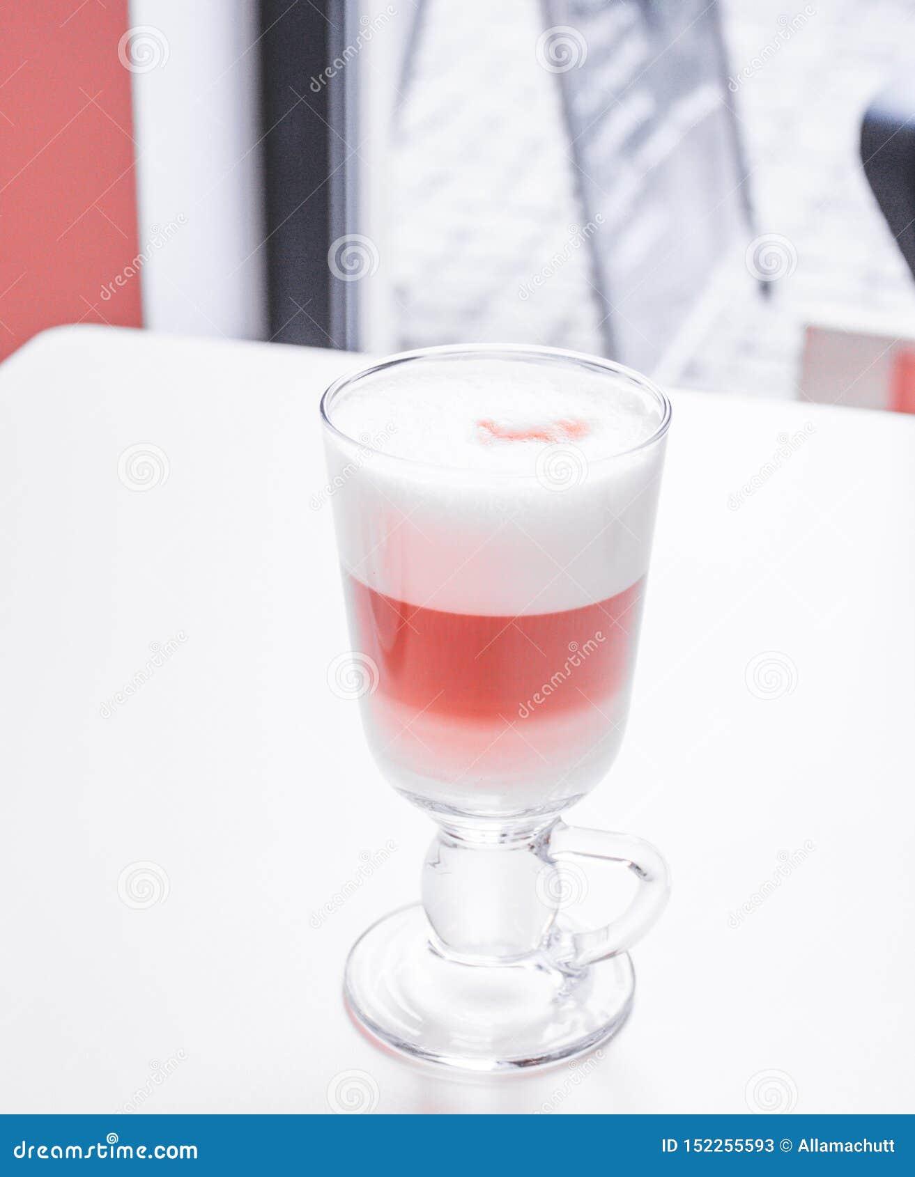 Καφές Latte στο γυαλί με το μεγάλο άσπρο αφρό