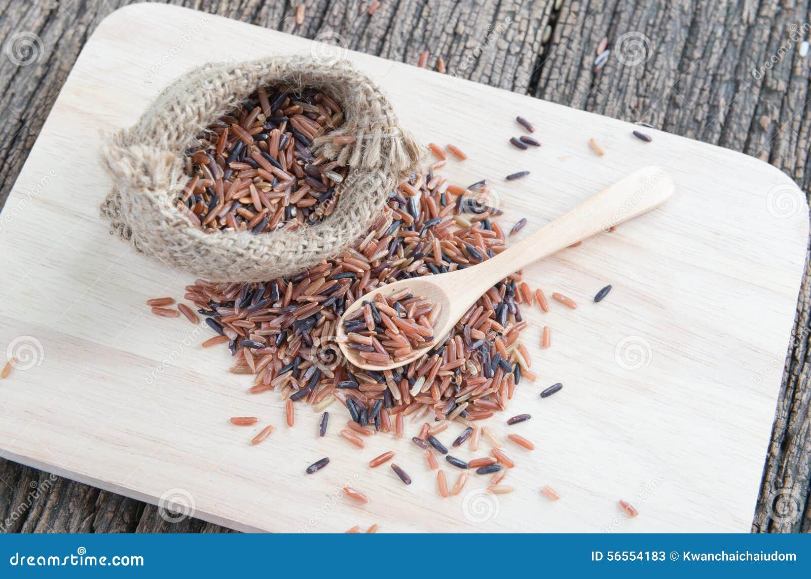 Download Καφετί ρύζι της Jasmine στο κουτάλι Στοκ Εικόνα - εικόνα από διασταύρωση, ρύζι: 56554183