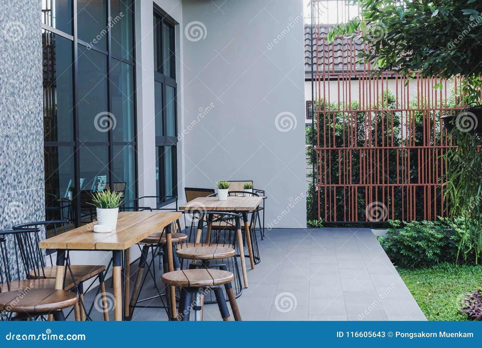 Καφετερία το πρωί Πιείτε τον καφέ Άποψη κήπων
