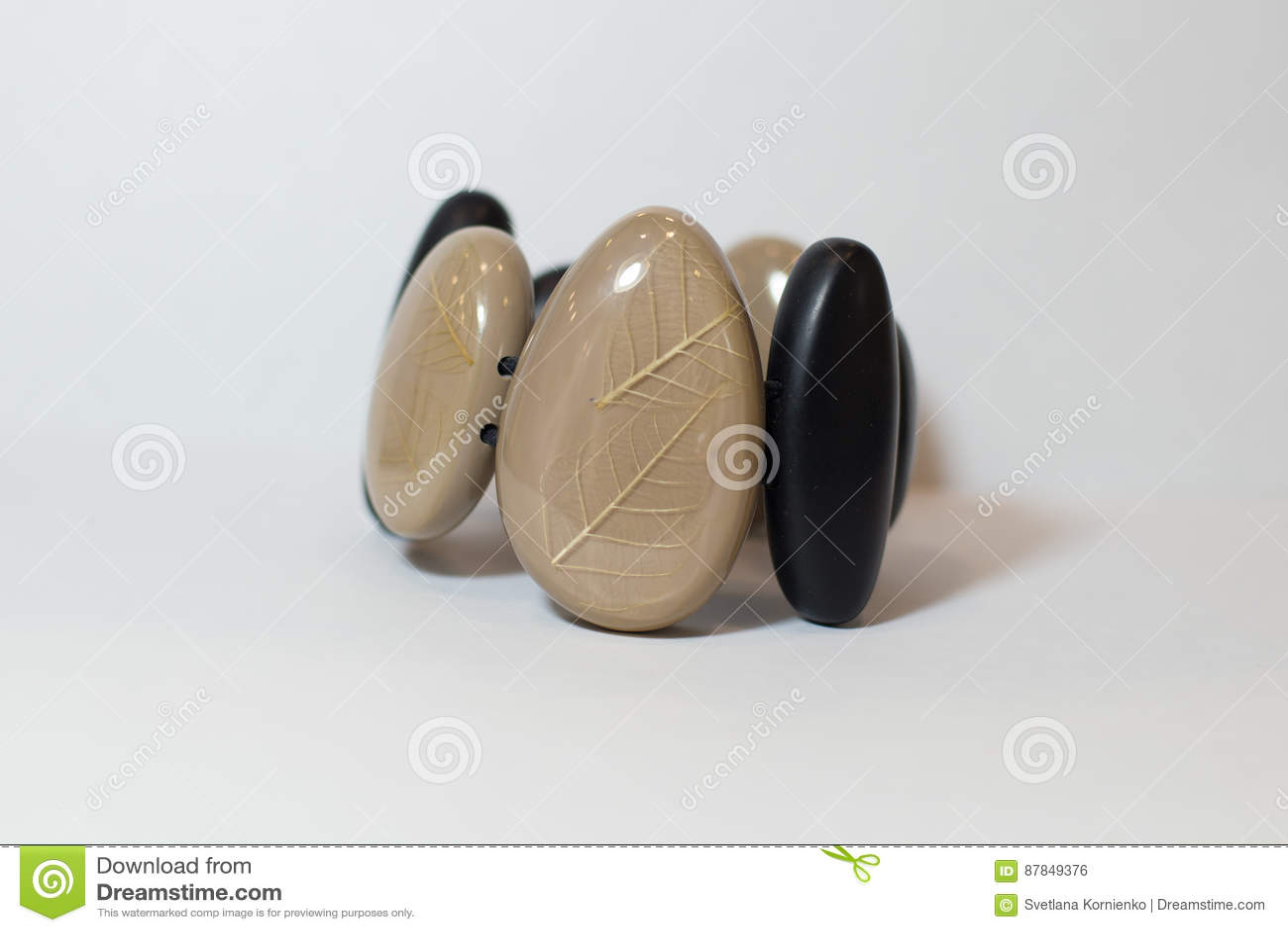 Καφετιά μαύρη εθνική διακόσμηση βραχιολιών σε ετοιμότητα