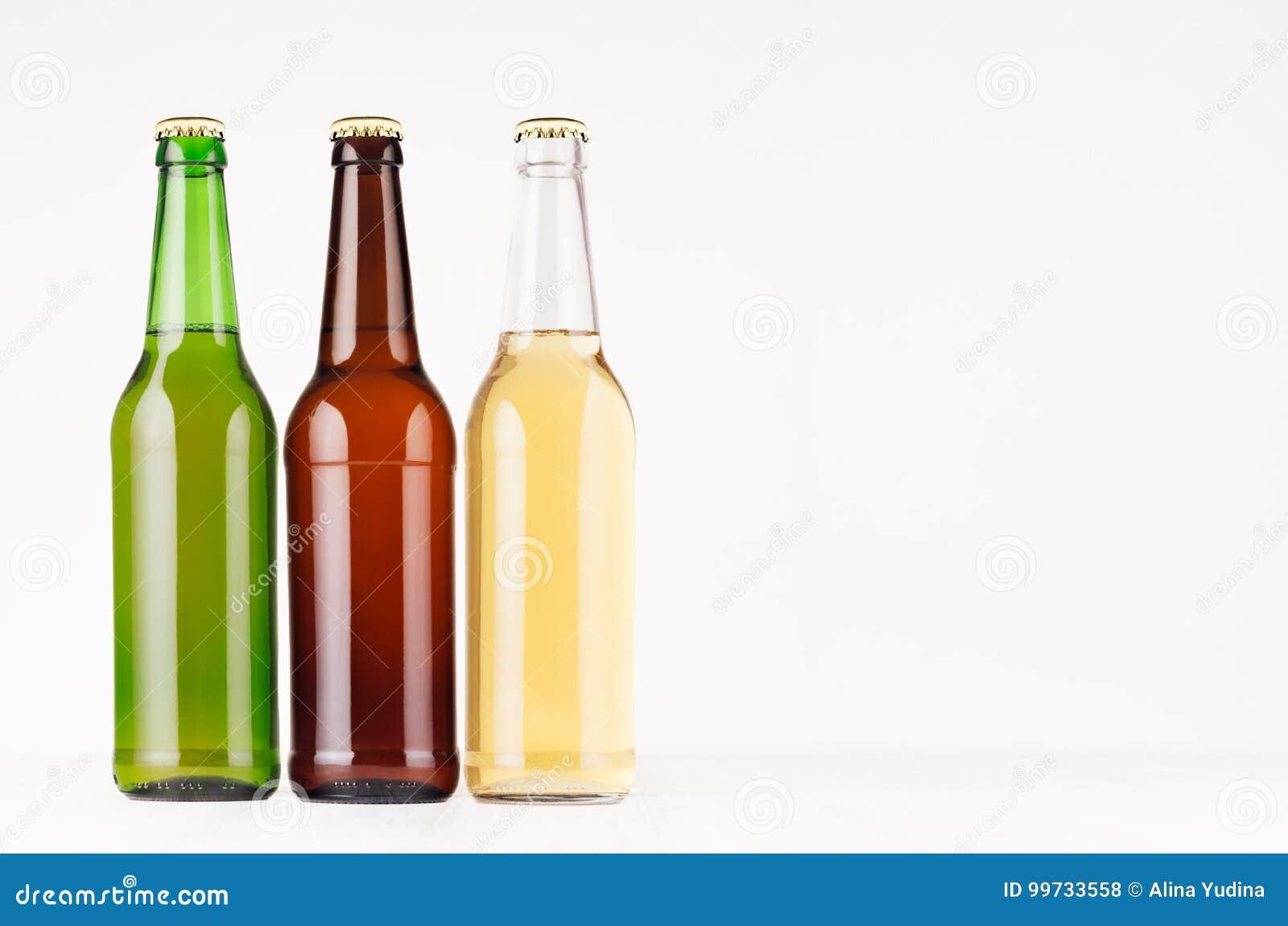 Καφετιά, πράσινα, διαφανή μπουκάλια μπύρας longneck 500ml, χλεύη επάνω Πρότυπο για τη διαφήμιση, σχέδιο, ταυτότητα μαρκαρίσματος