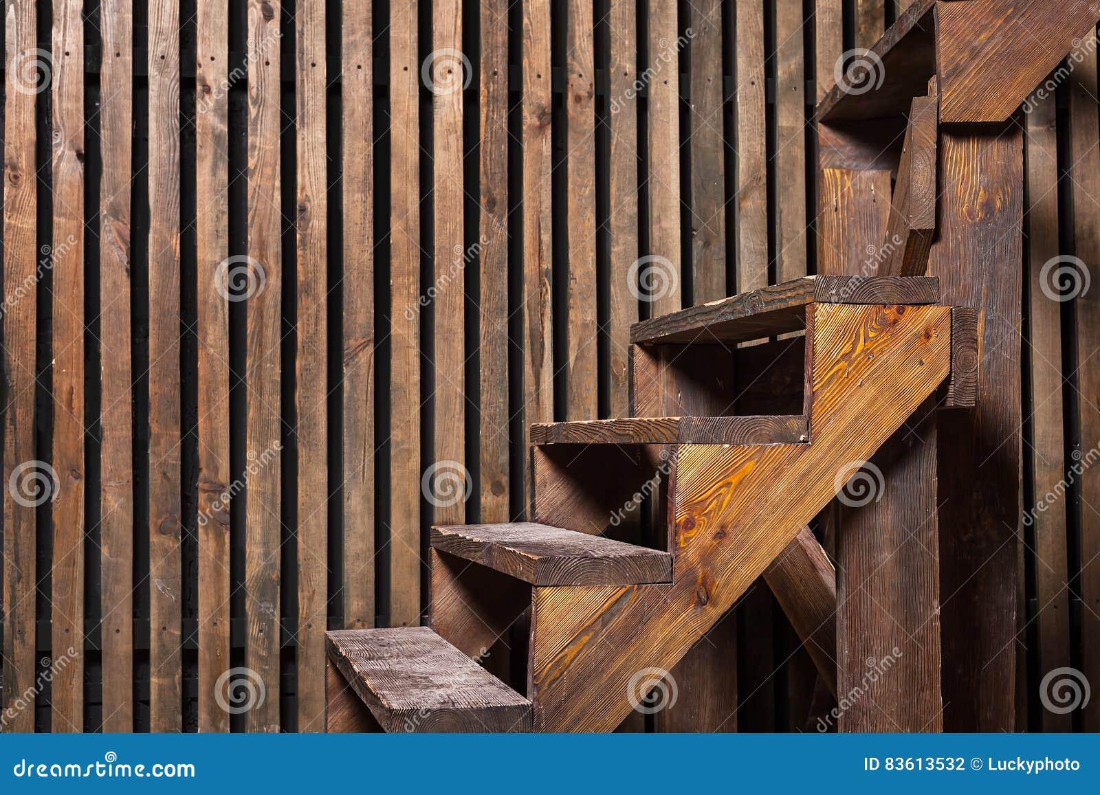 Καφετιοί ξύλινοι σκαλοπάτια και τοίχος