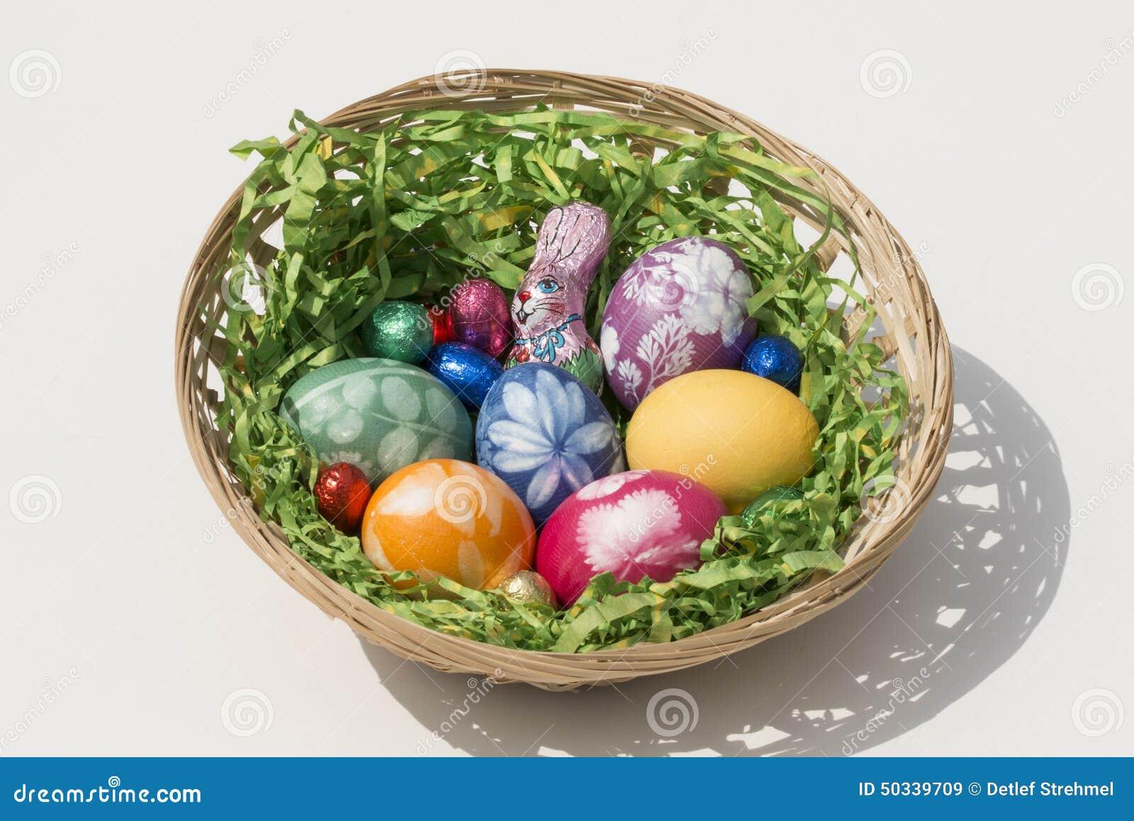 Καλάθι Πάσχας με τα αυγά Πάσχας