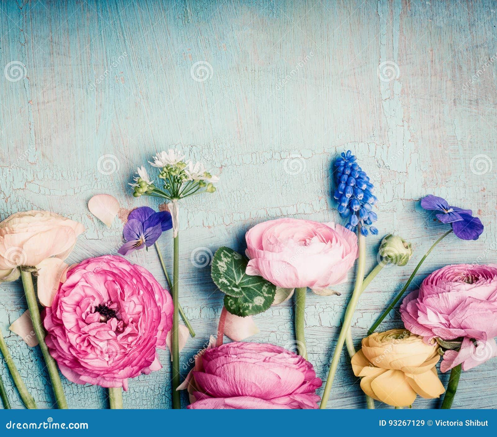 Καλή αναδρομική κρητιδογραφία λουλουδιών που τονίζεται στο εκλεκτής ποιότητας τυρκουάζ υπόβαθρο