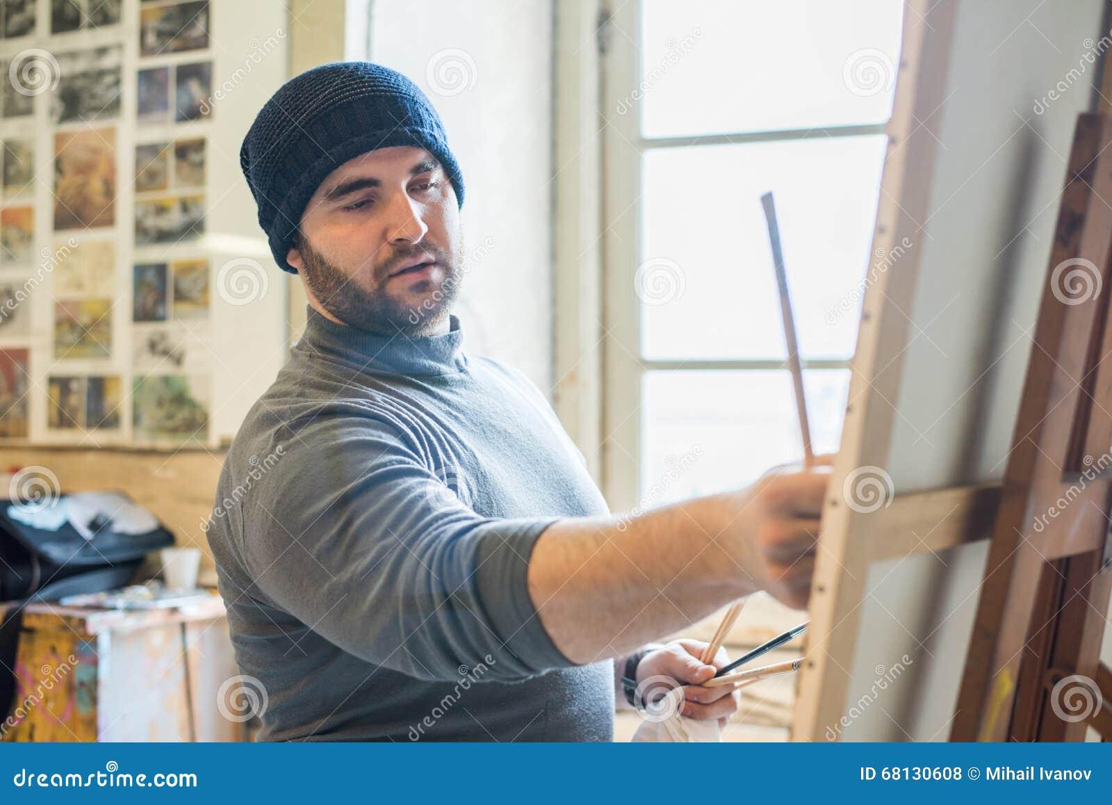 Καλλιτέχνης/δάσκαλος που χρωματίζει ένα έργο τέχνης - κλείστε επάνω την άποψη