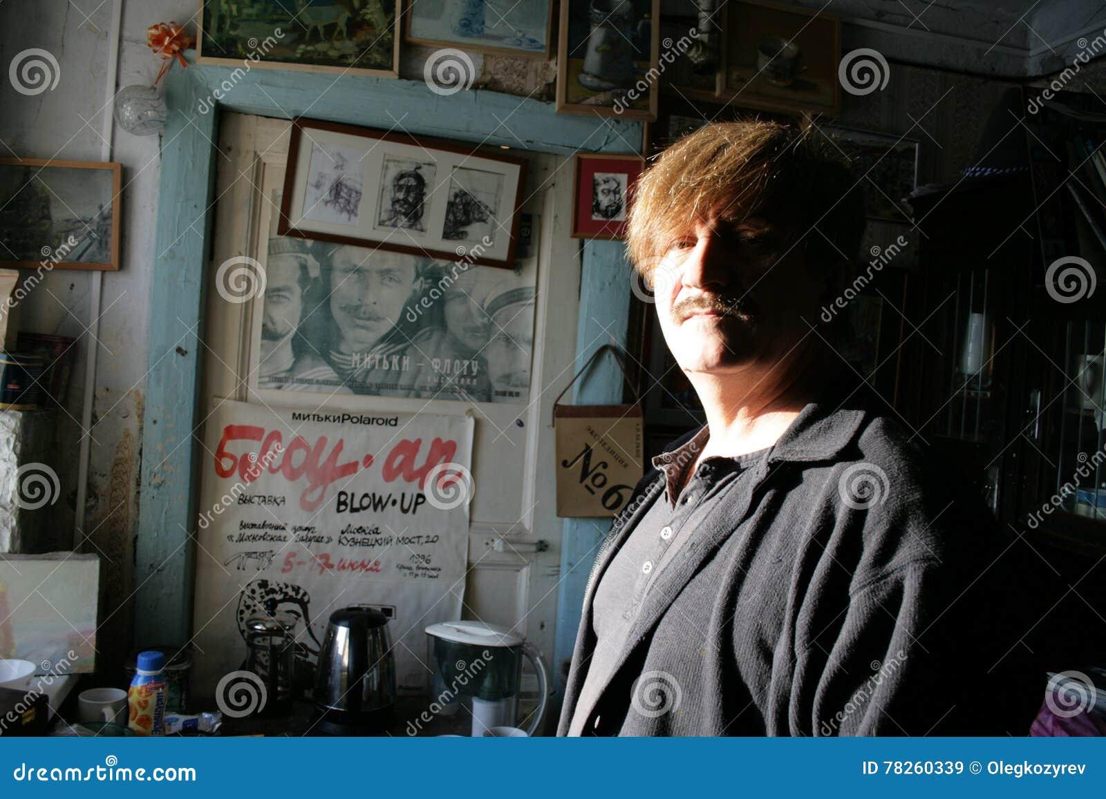 Καλλιτέχνης και παραγωγός ταινιών Victor Tikhomirov στο στούντιό του