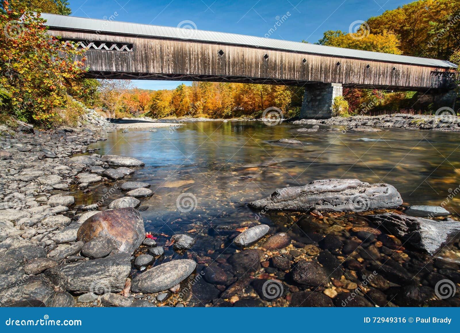 Καλυμμένη το Βερμόντ γέφυρα το φθινόπωρο