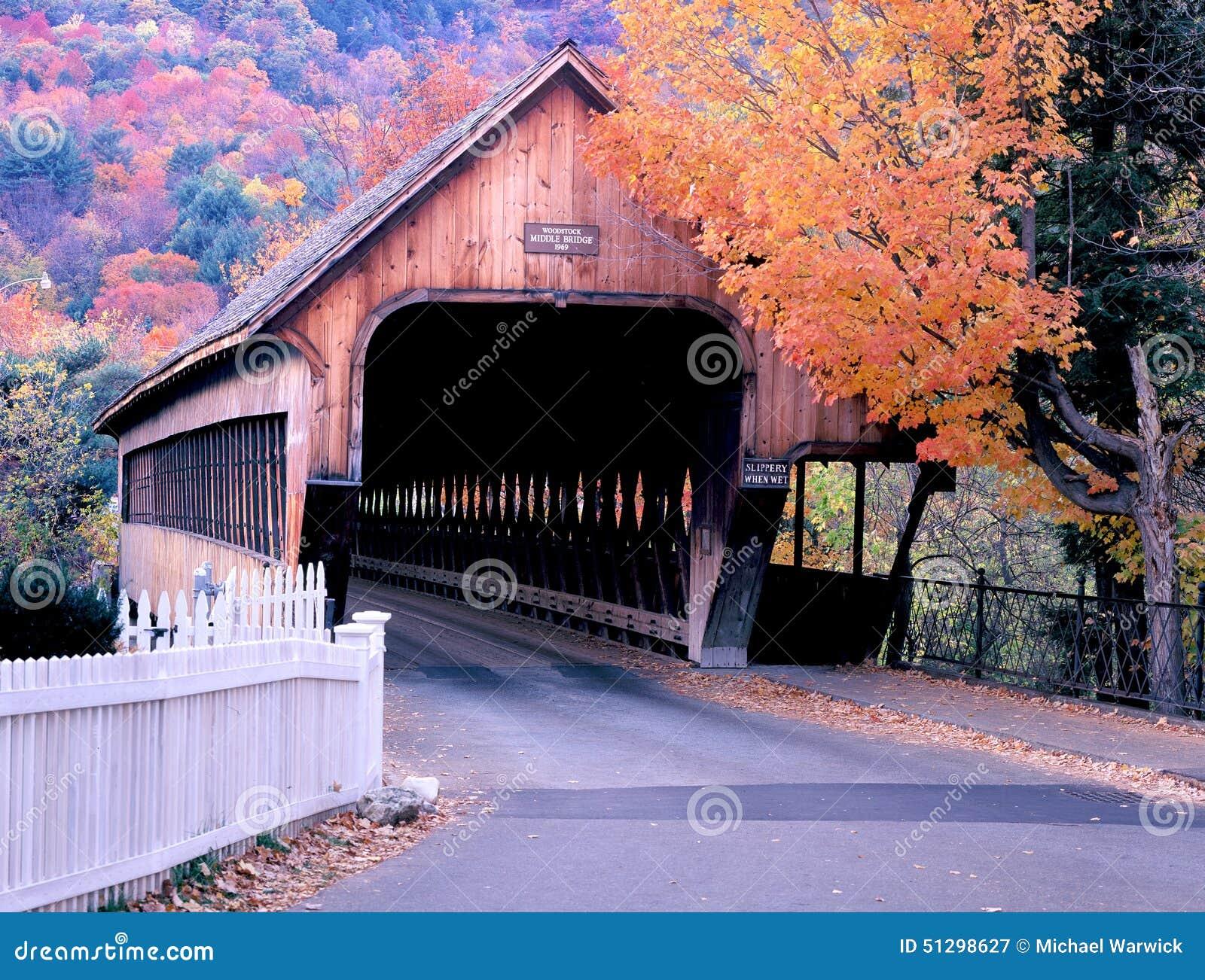Καλυμμένη Woodstock γέφυρα του Βερμόντ το φθινόπωρο