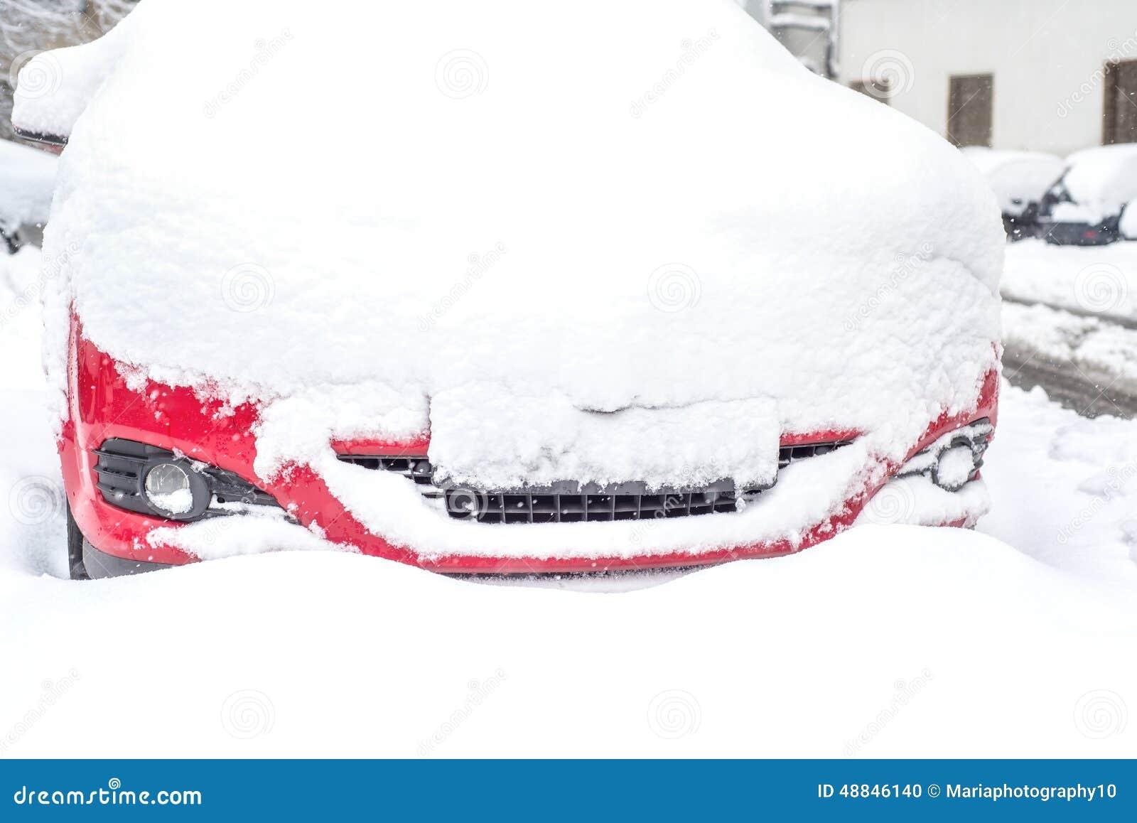 καλυμμένο αυτοκίνητο χιό&n