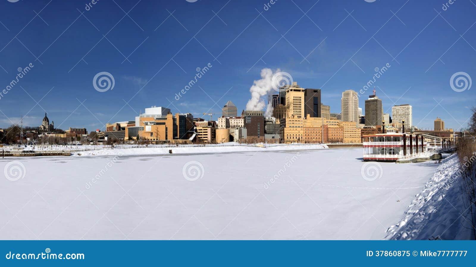 Καλυμμένο πάγος ποτάμι Μισισιπή με τον ορίζοντα του Saint-Paul, Μινεσότα, ΗΠΑ