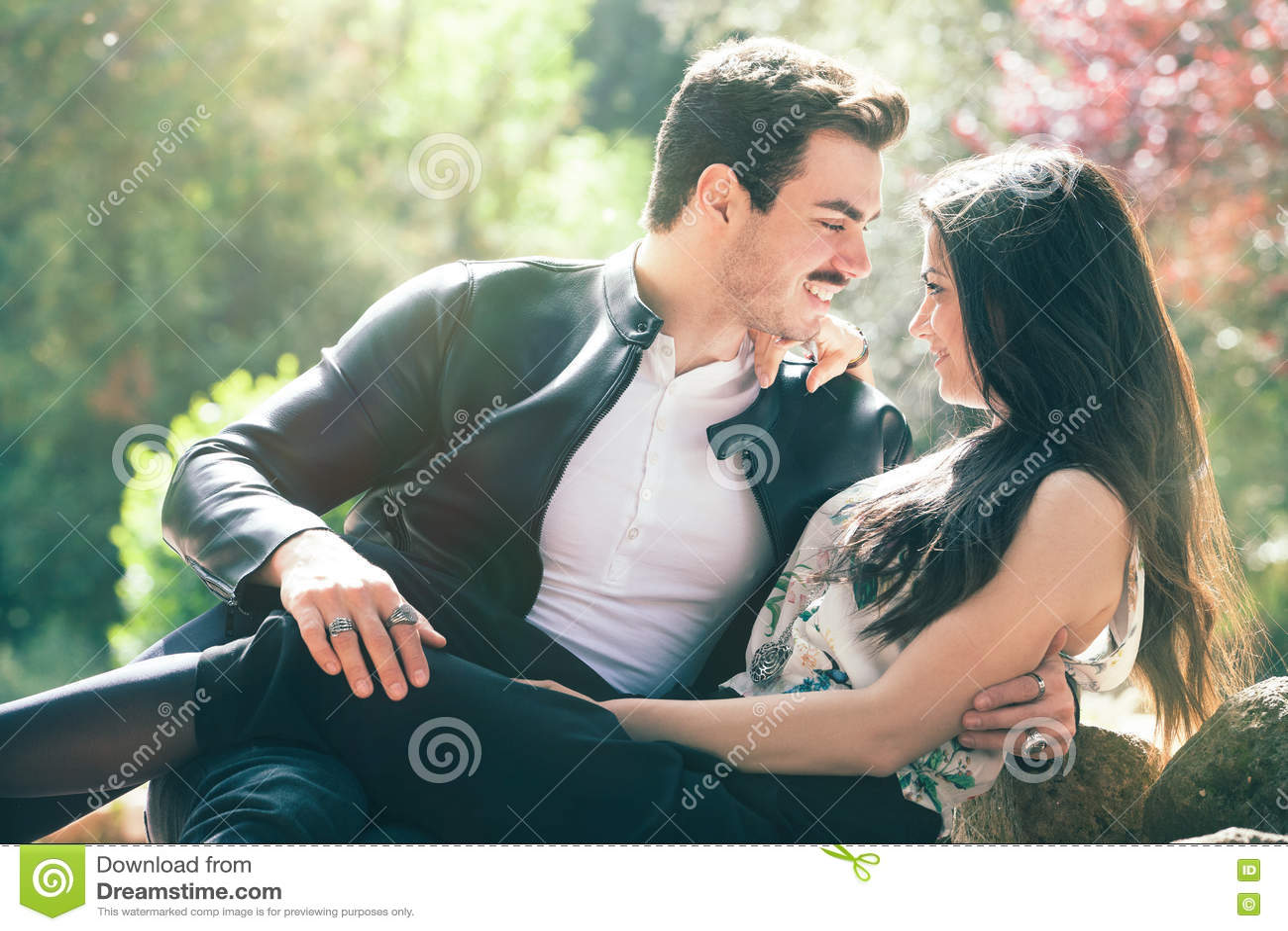 Καλό συναίσθημα αγάπης ζεύγους Αρμονία αγάπης Πρώτο ρομαντικό φιλί