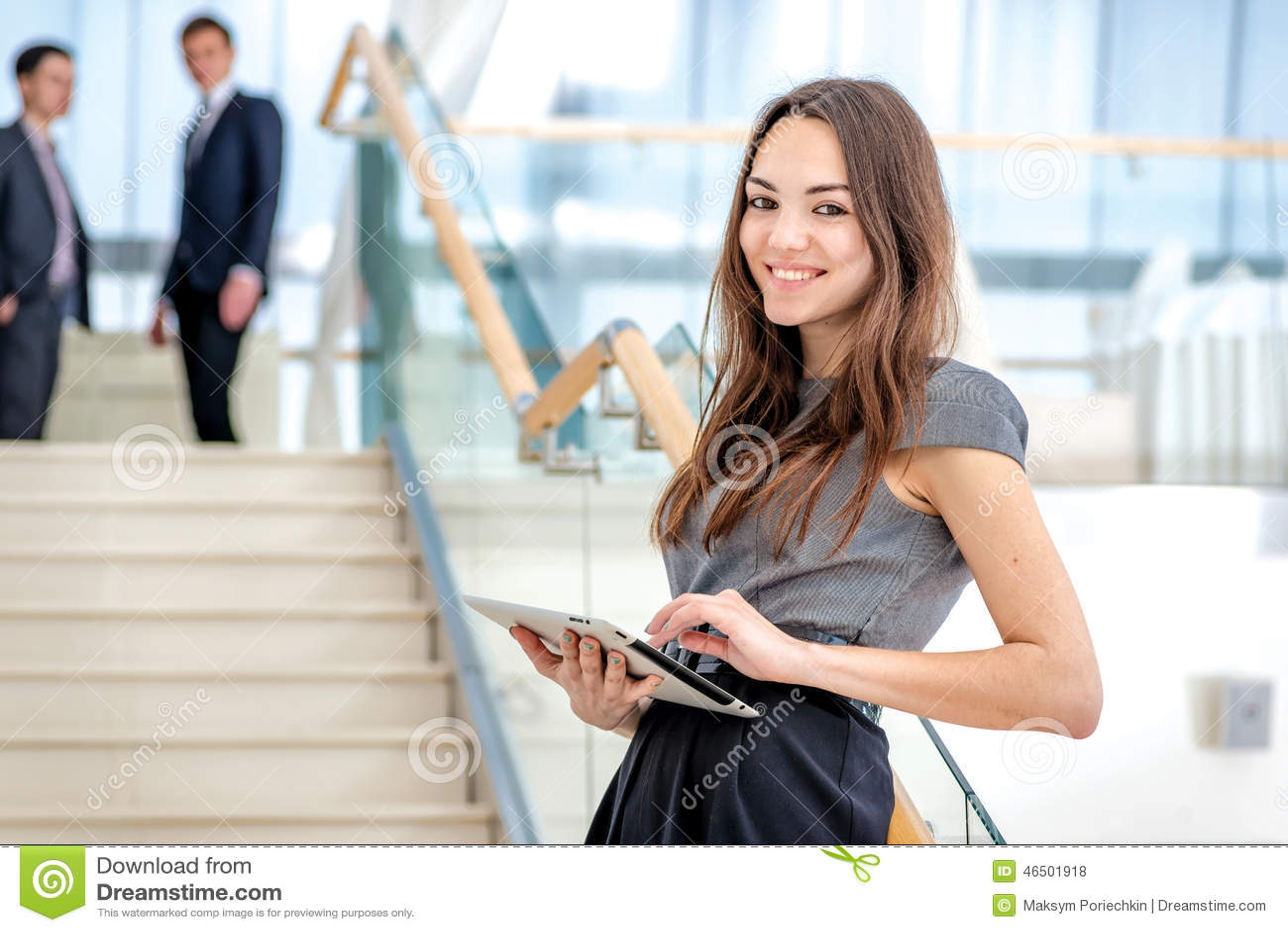 Καλύτερος εργαζόμενος! Στάσεις επιχειρηματιών γυναικών στα σκαλοπάτια