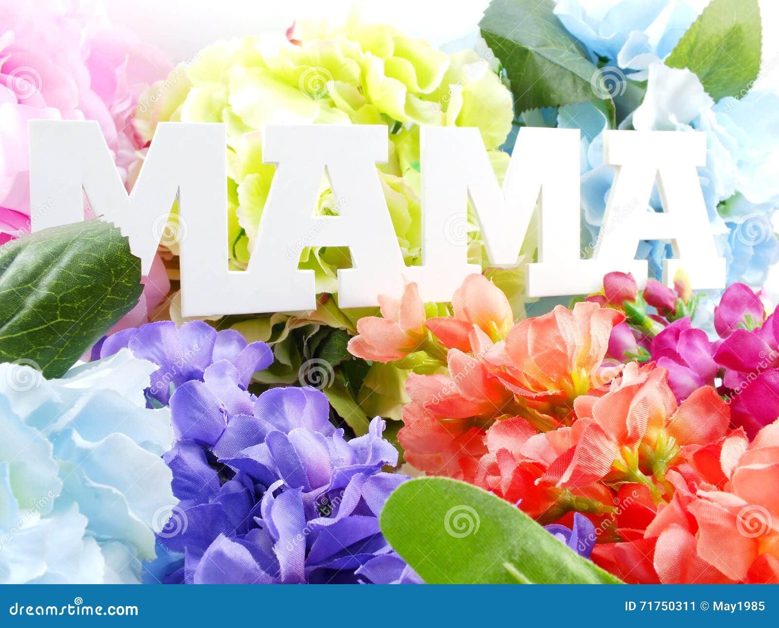 Κείμενο λέξης mom και έννοια ημέρας μητέρων ανθοδεσμών λουλουδιών