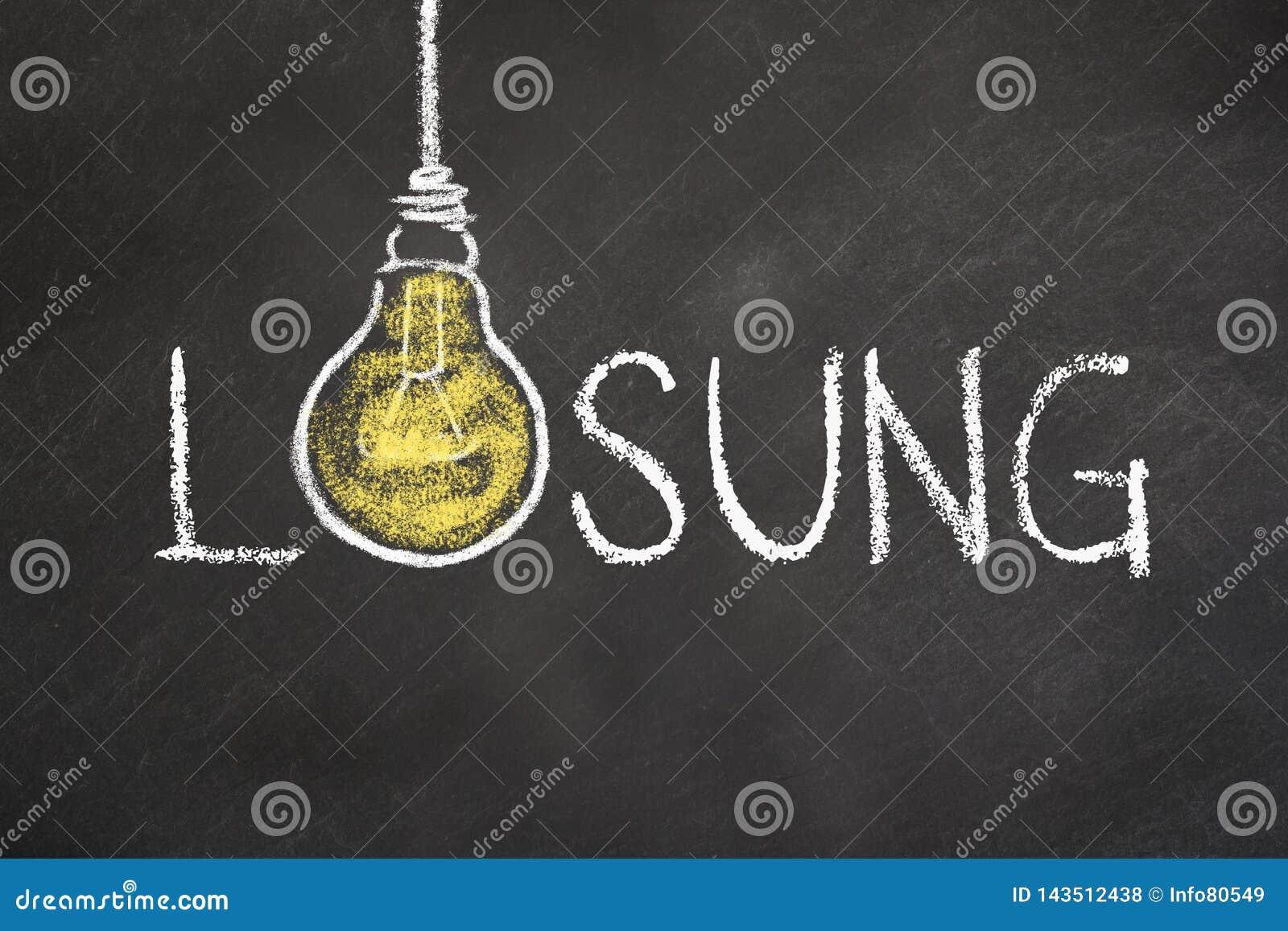 """Κείμενο """"Lösung """"με μια λάμπα φωτός ιδέας στον πίνακα κιμωλίας Μετάφραση: """"Λύση """""""