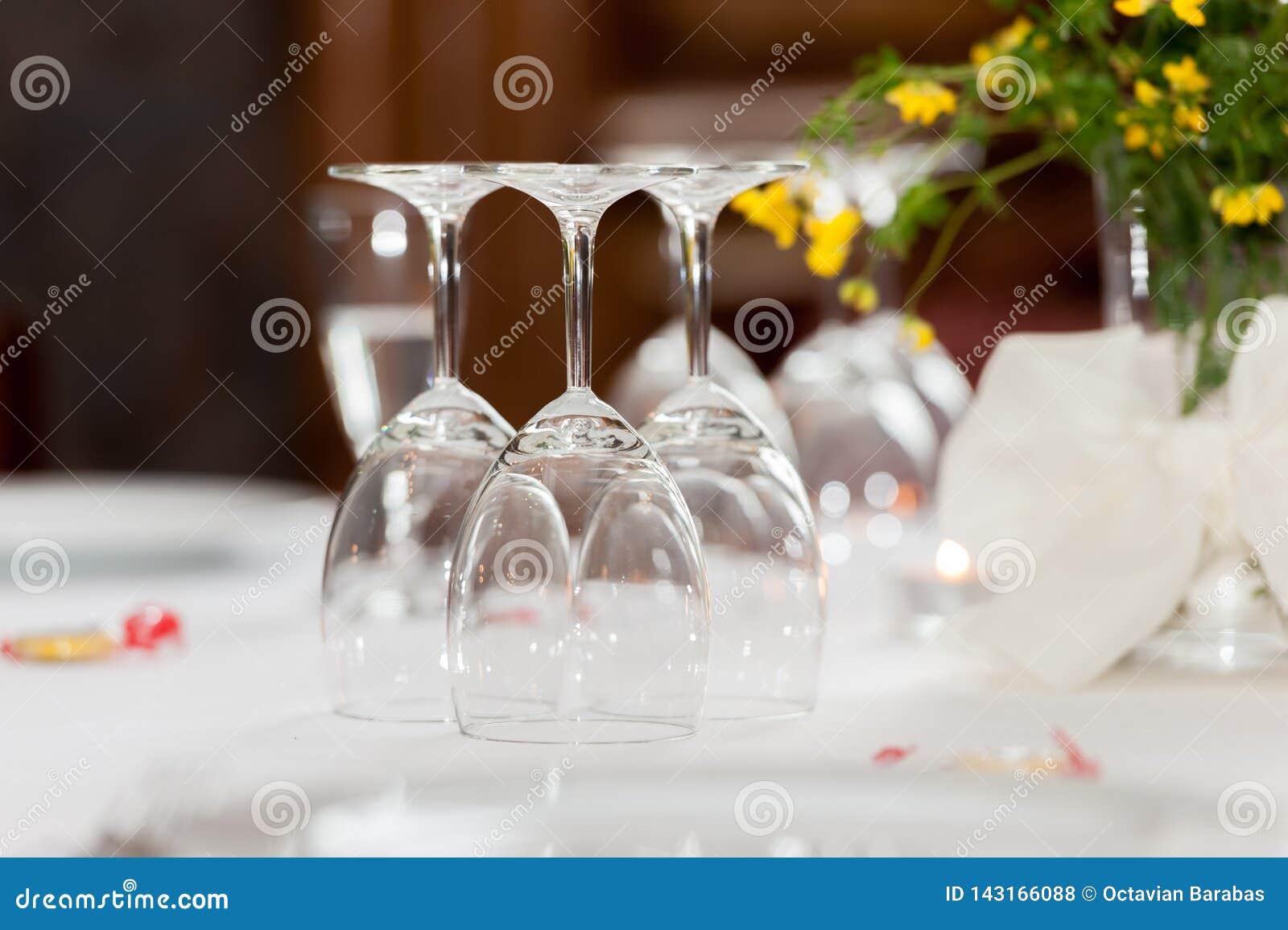 Κενά γυαλιά στον πίνακα στο εστιατόριο με τη floral διακόσμηση