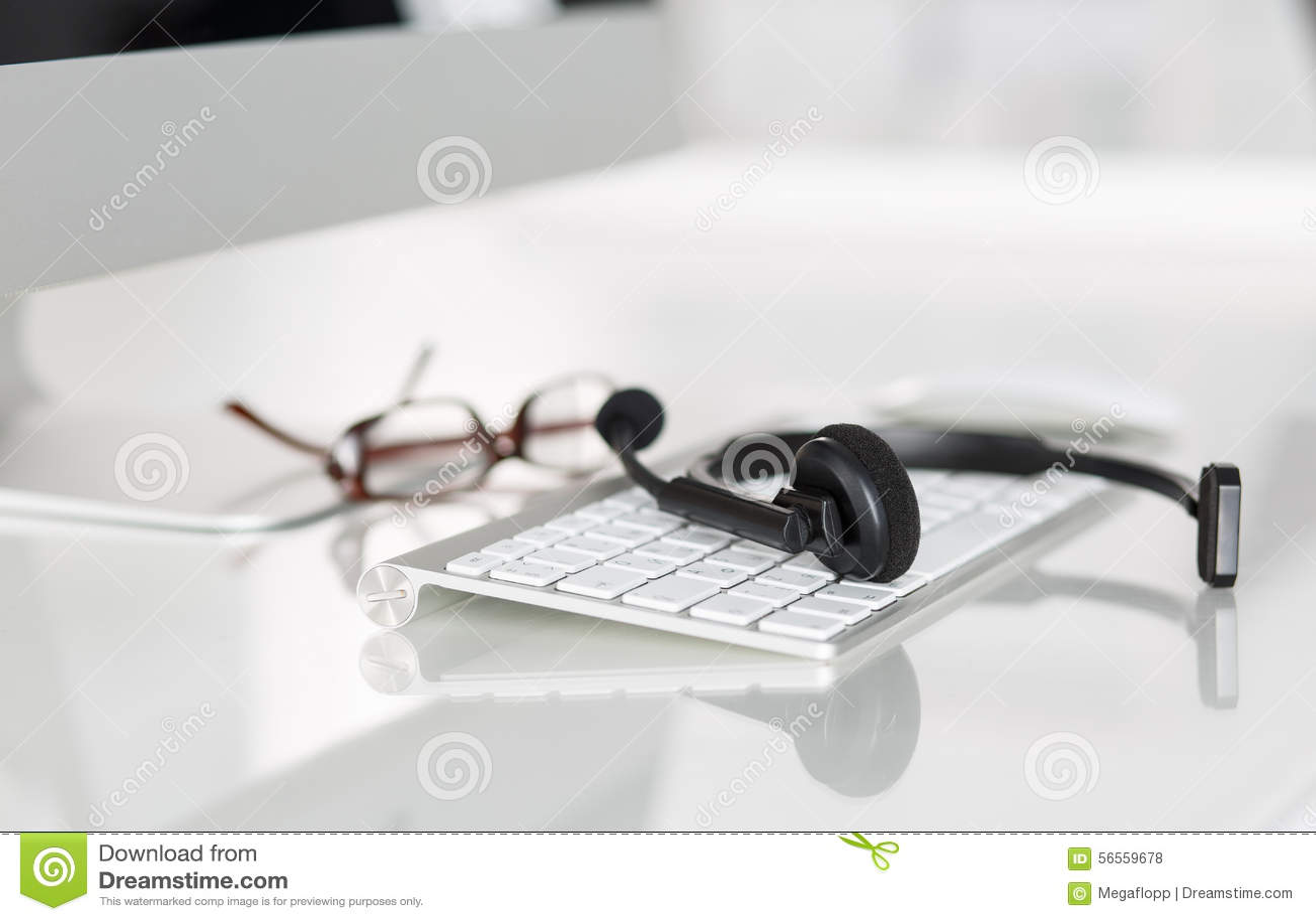 Download Κενή θέση εργασίας του χειριστή υπηρεσιών τηλεφωνικών κέντρων Στοκ Εικόνες - εικόνα από υπάλληλος, κενός: 56559678