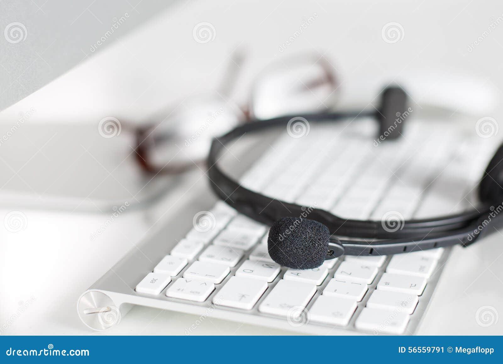 Download Κενή θέση εργασίας του χειριστή υπηρεσιών τηλεφωνικών κέντρων Στοκ Εικόνα - εικόνα από μικρόφωνο, διαδίκτυο: 56559791