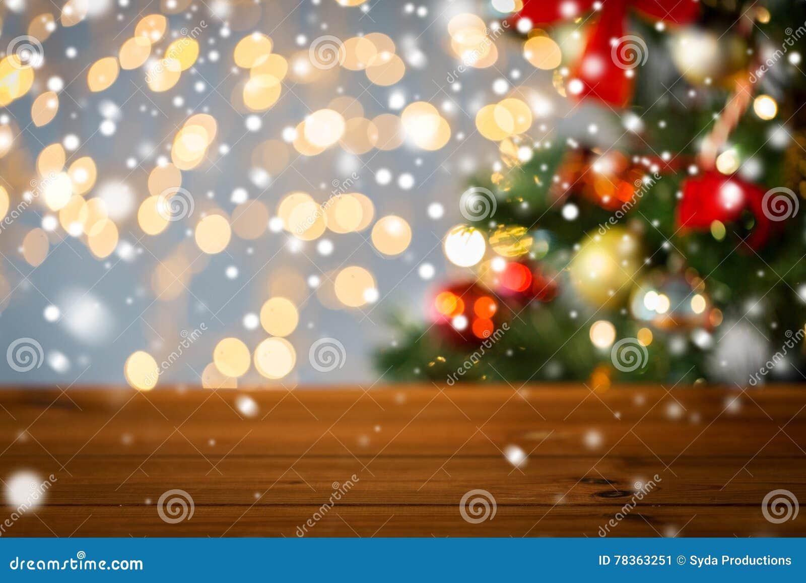 Κενή ξύλινη επιφάνεια πέρα από τα φω τα χριστουγεννιάτικων δέντρων