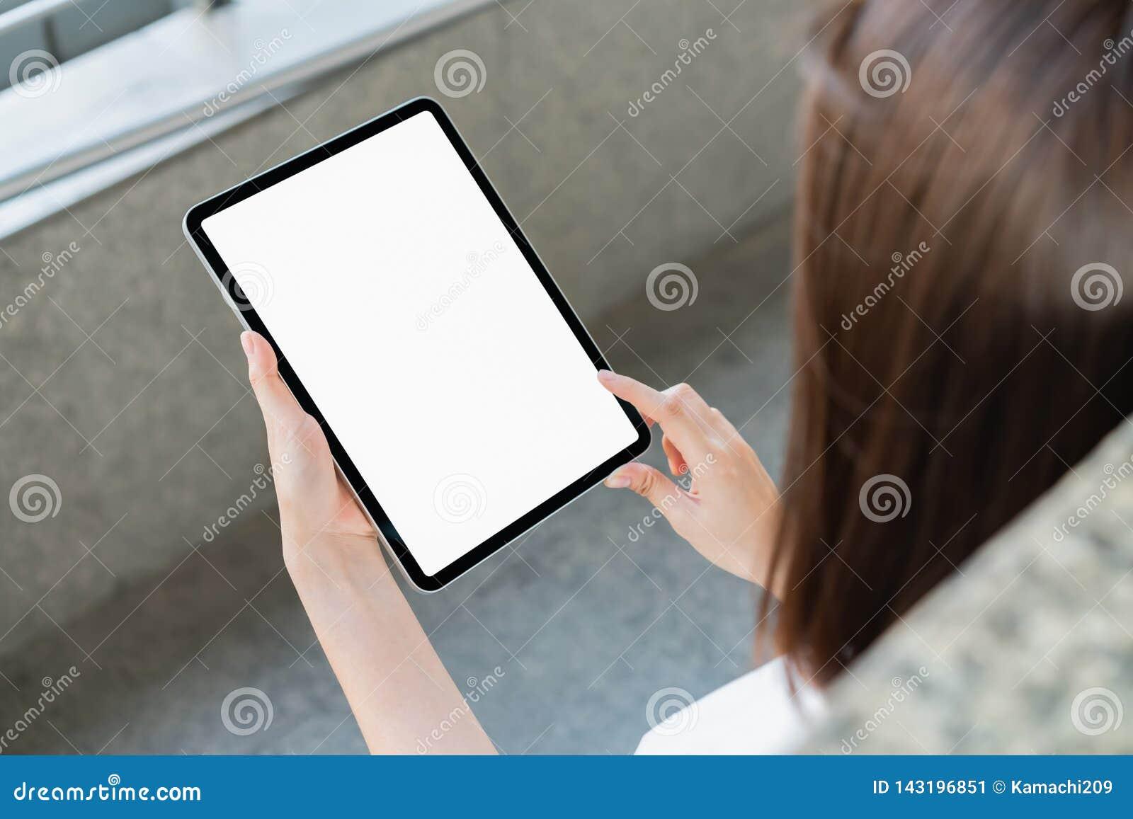 Κενή οθόνη ταμπλετών εκμετάλλευσης χεριών απομονωμένος Πάρτε την οθόνη σας για να βάλετε στη διαφήμιση