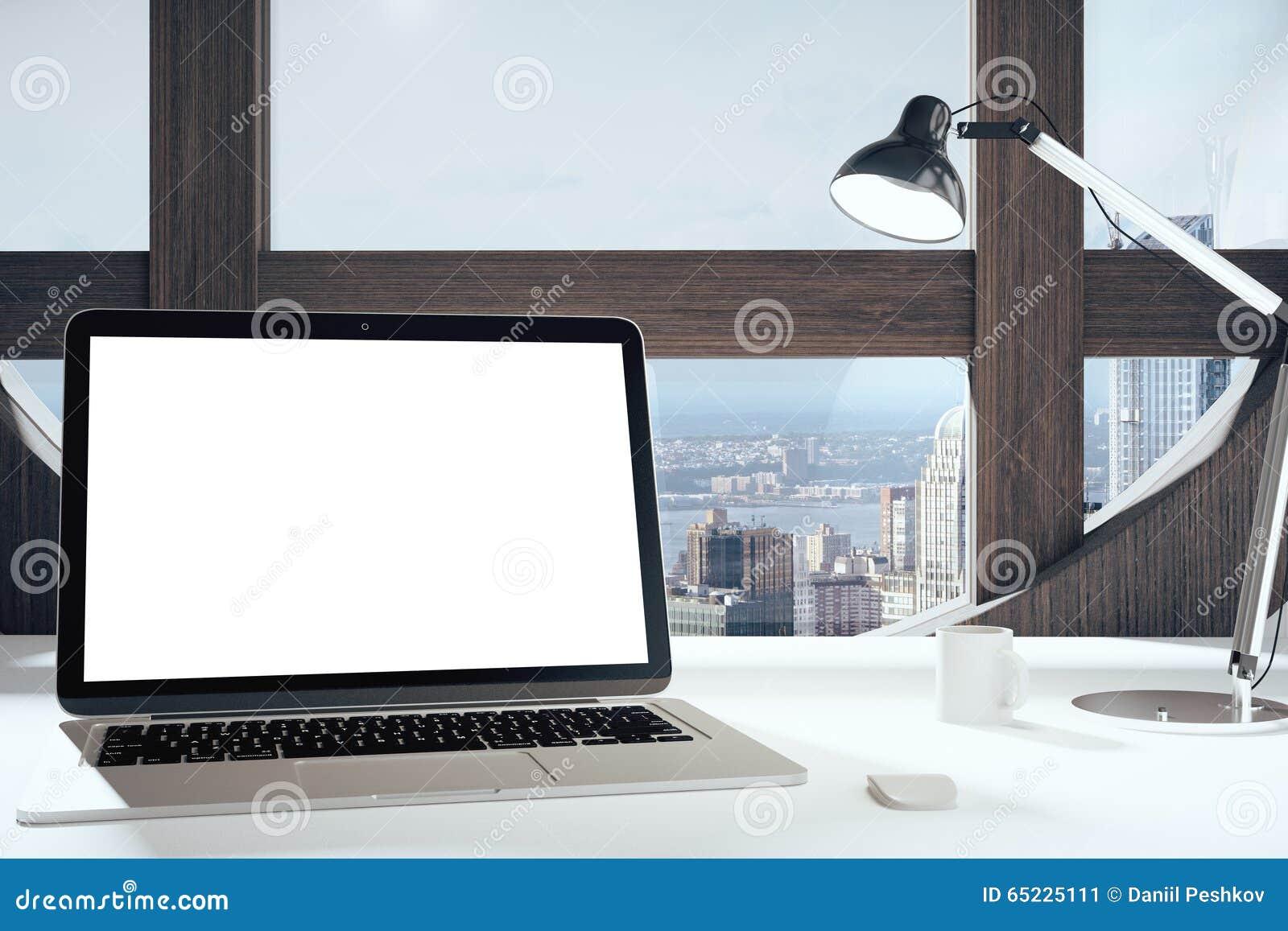 Κενή οθόνη lap-top στο σύγχρονο δωμάτιο με το στρογγυλό παράθυρο, το λαμπτήρα και το γ
