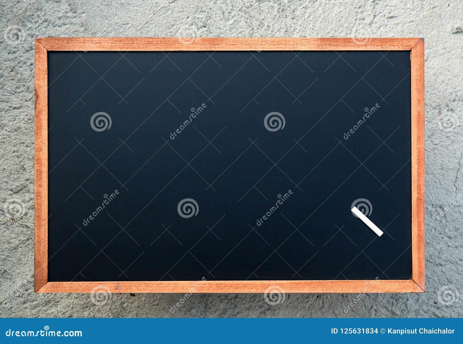 Κενή σύσταση πινάκων κιμωλίας με μια άσπρη κιμωλία Εικόνα για την ανασκόπηση