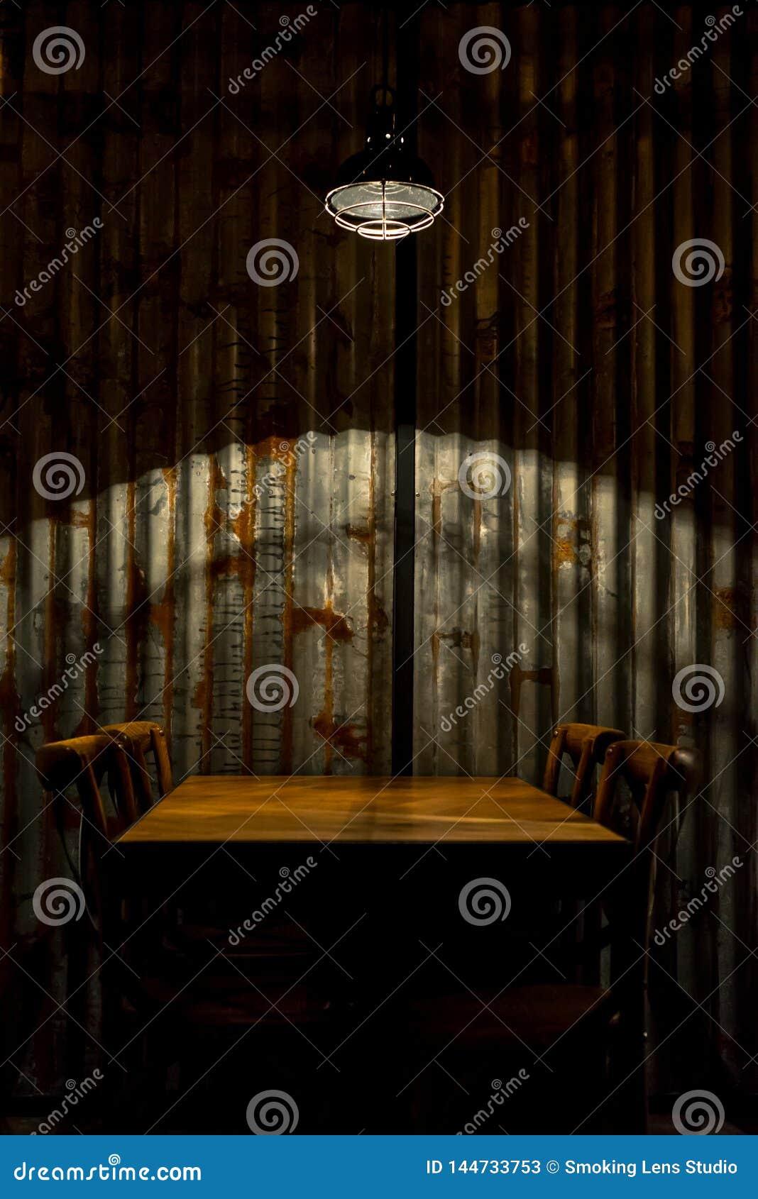 Κενοί πίνακας και καρέκλες κάτω από ένα lamo στο resrauramt