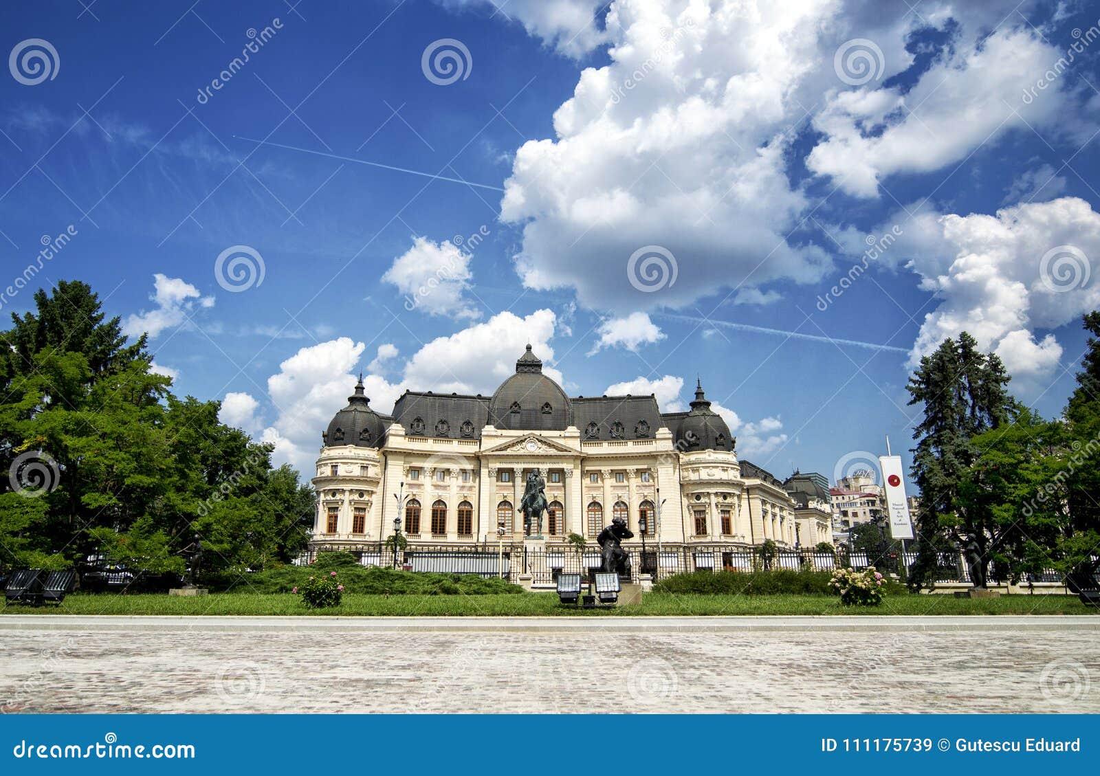 Κεντρική βιβλιοθήκη του Βουκουρεστι ου στην μπλε ώρα στο θερινό χρόνο