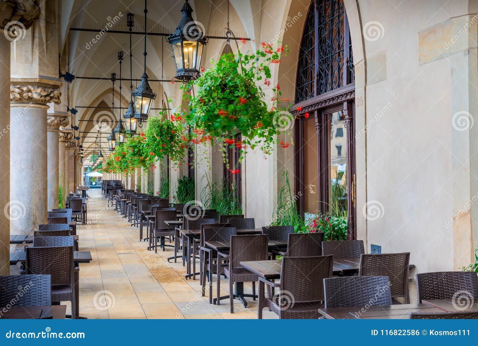 Κενός καφές οδών, που βρίσκεται στην αψίδα των αγορών arcades στο θόριο