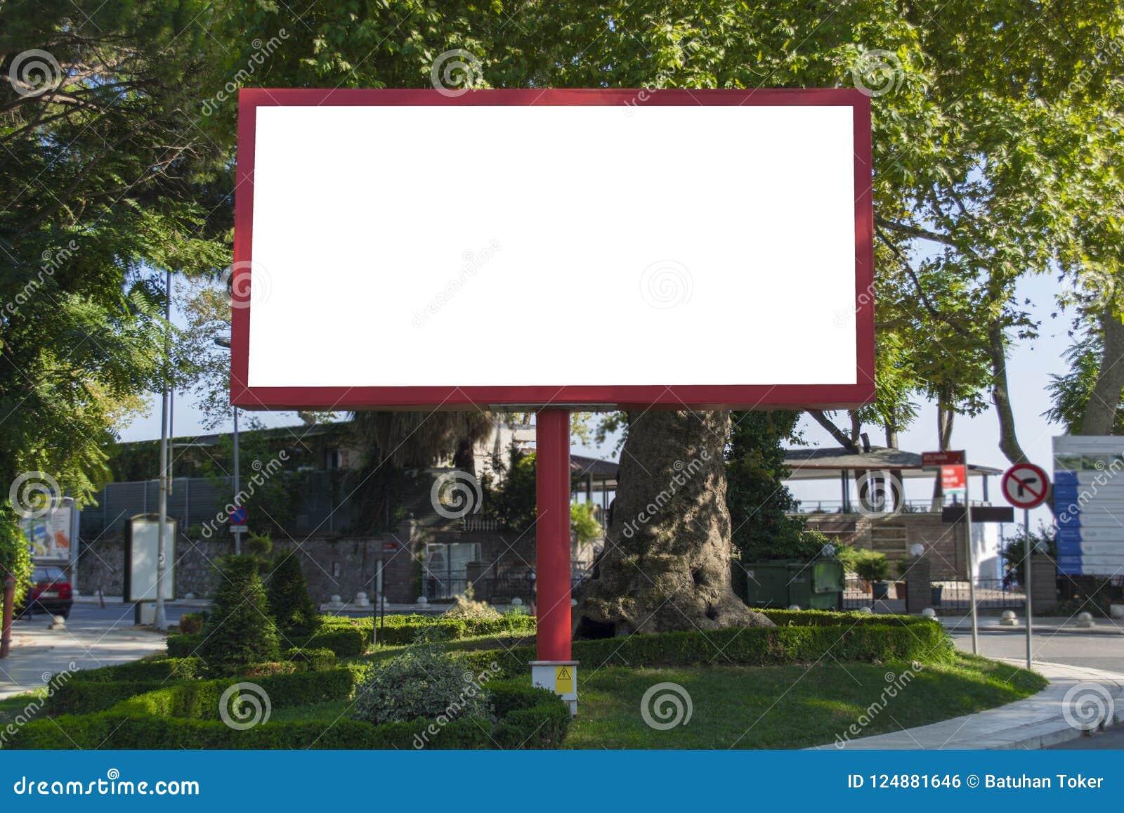Κενός κόκκινος πίνακας διαφημίσεων στο υπόβαθρο μπλε ουρανού για τη νέα διαφήμιση στην πόλη