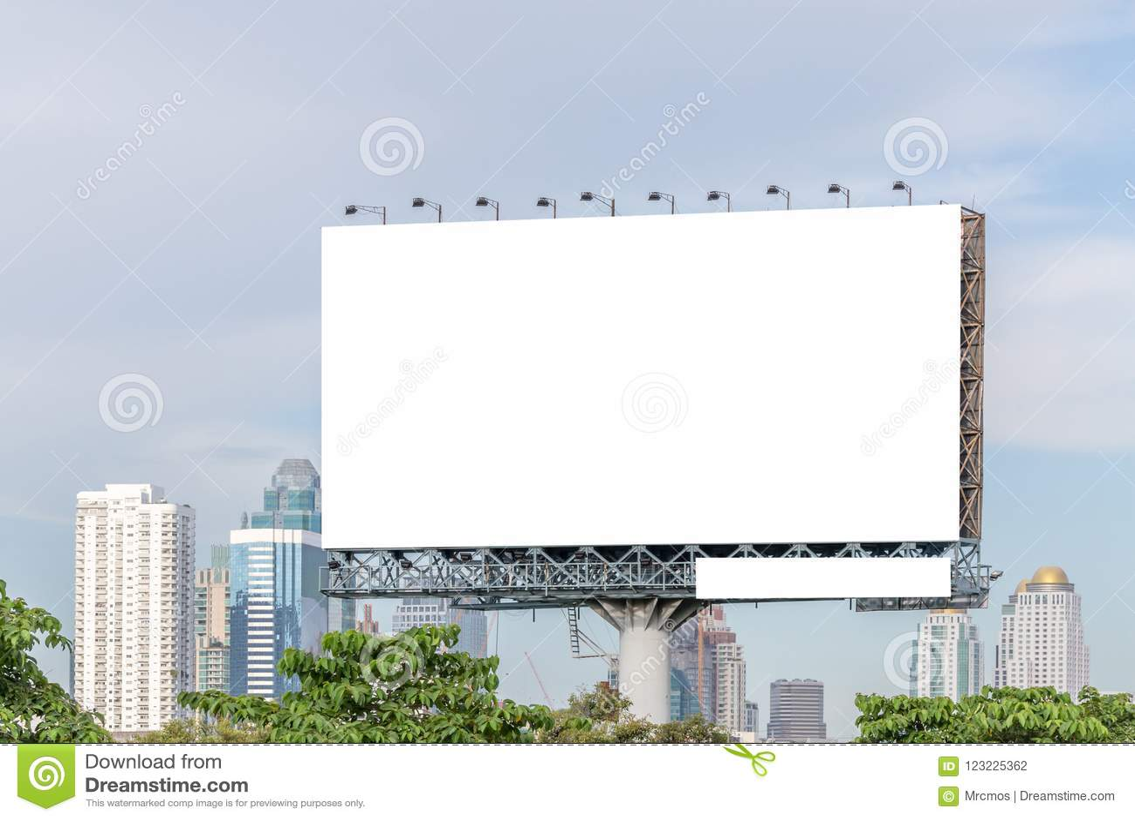 Κενός πίνακας διαφημίσεων έτοιμος για τη νέα διαφήμιση με την άποψη πόλεων backg